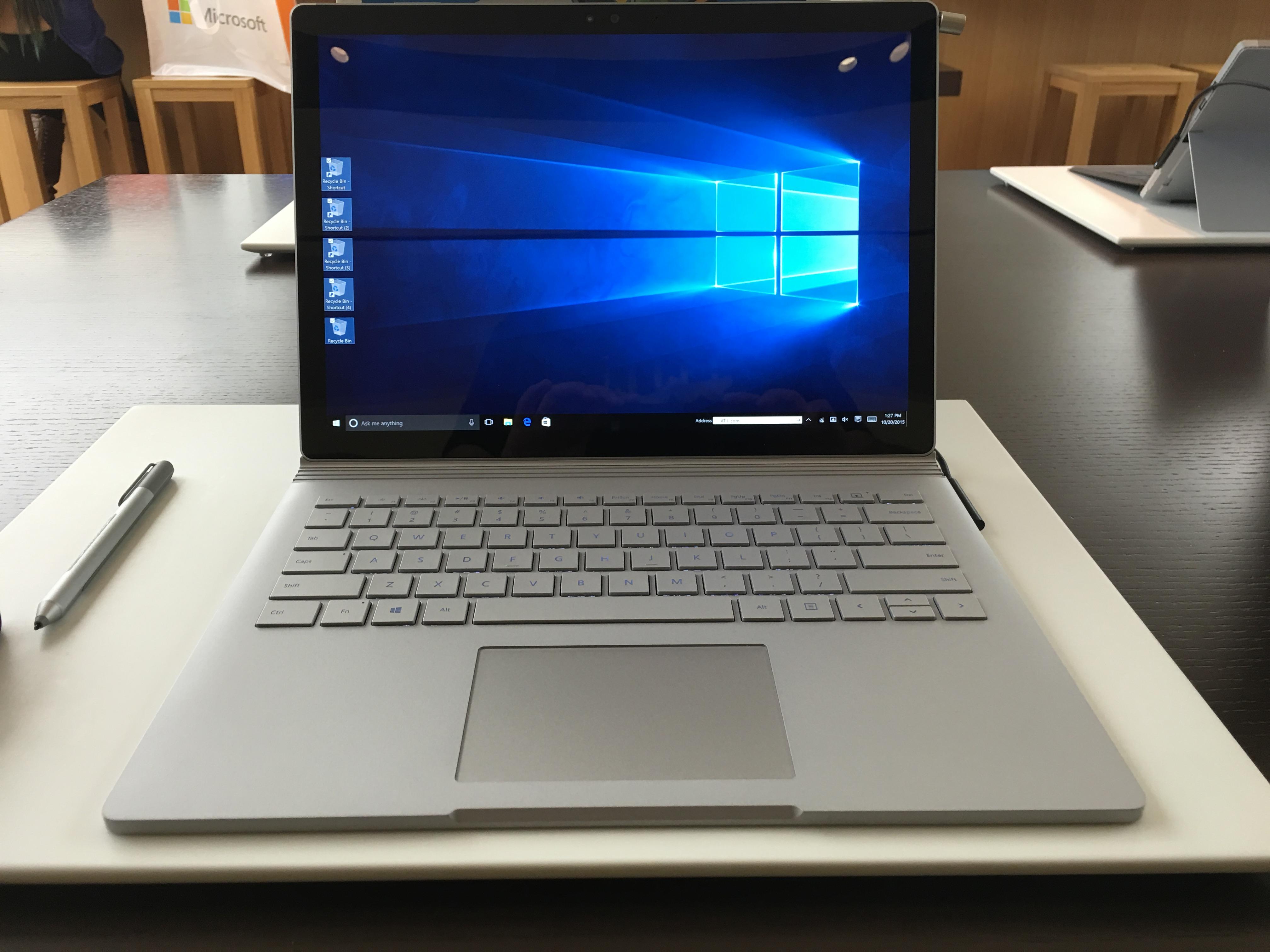 Den tar litt plass i front, Surface Book, men styreplaten er god.