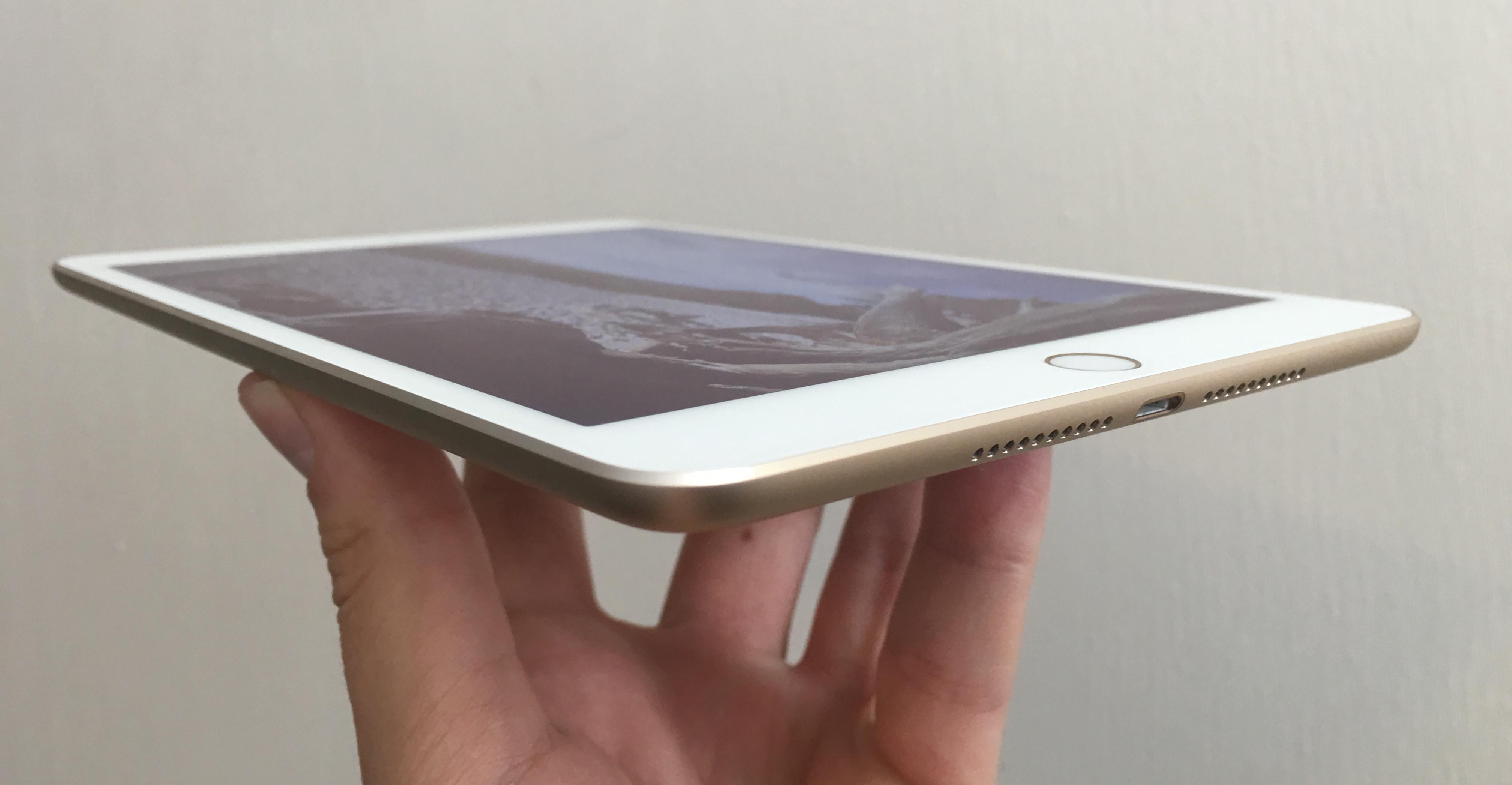 iPad mini 4 er utrolig lett og tynn.