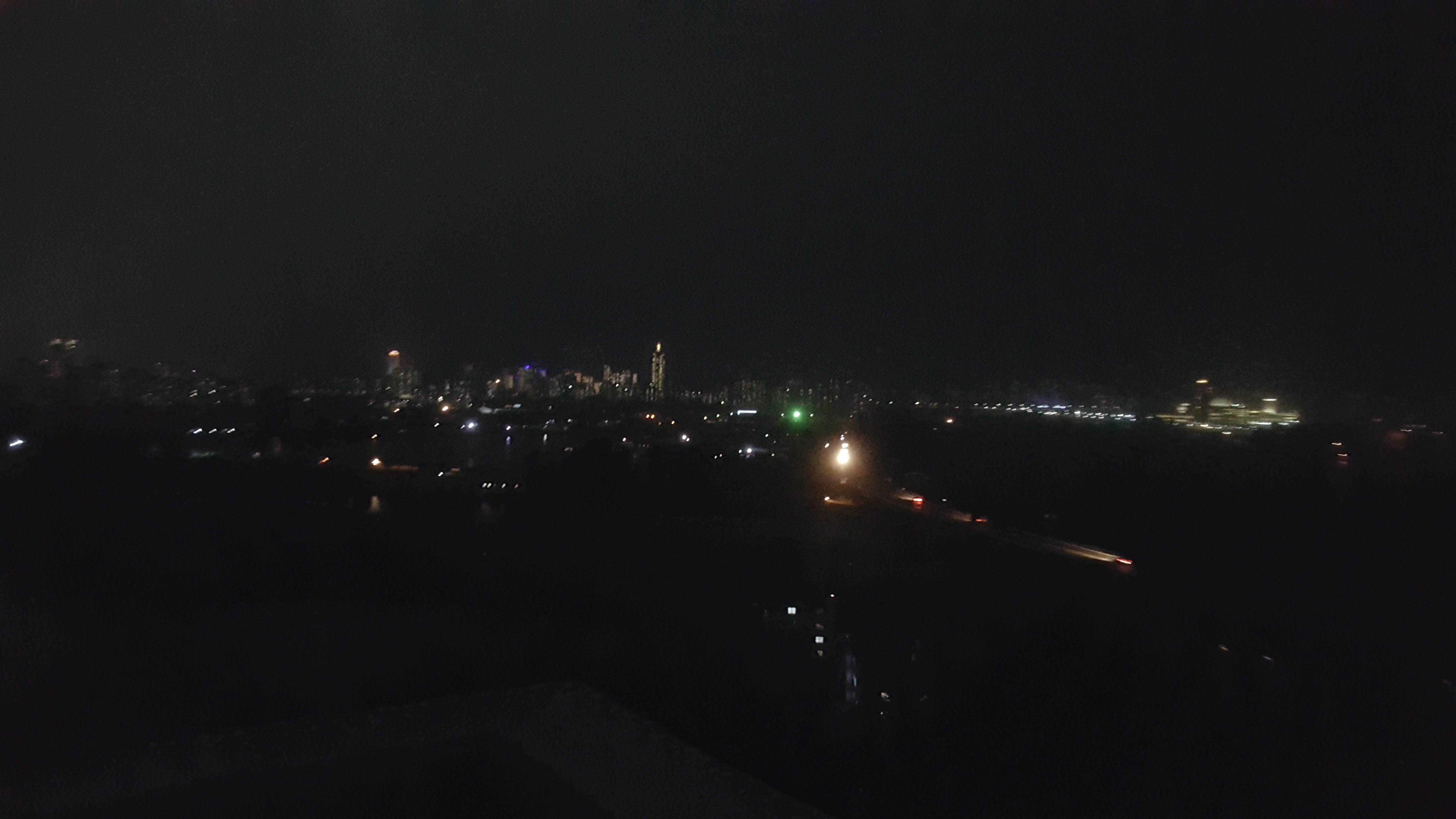 Byen på kveldstid med overraskende mange lyskilder.