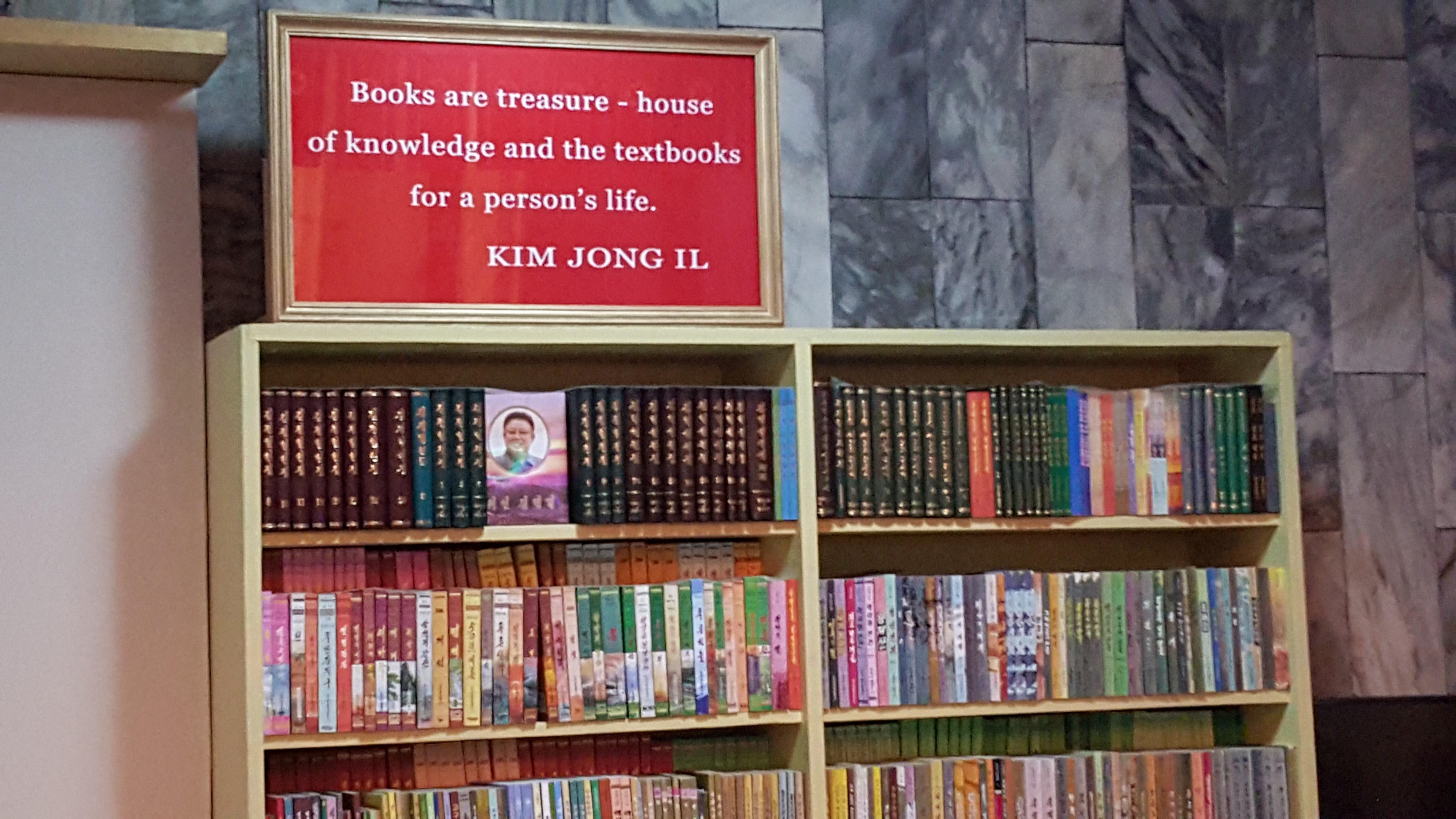 Klassisk propaganda. Det er svært innskrenket hva som er lov å lese i landet.