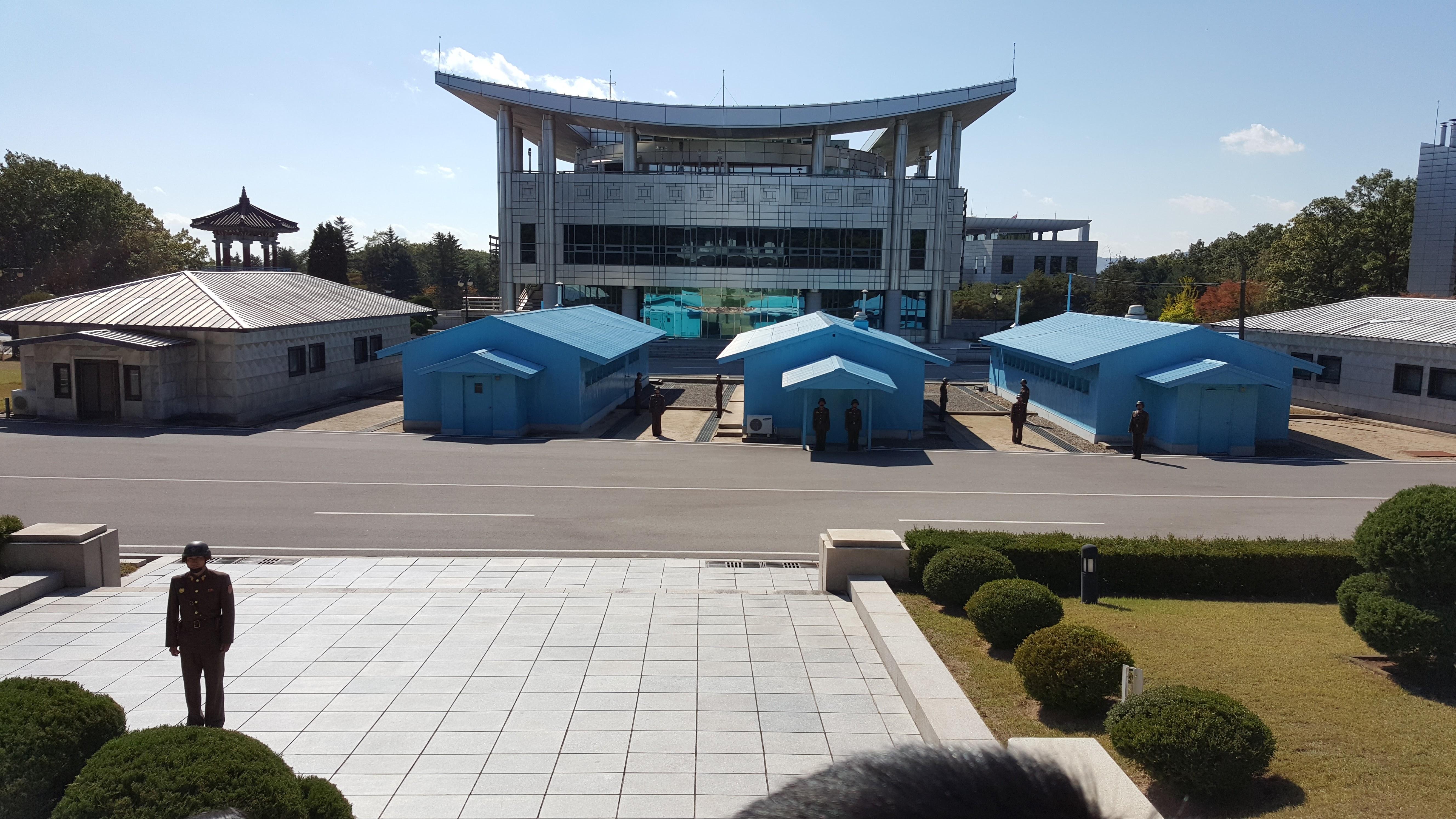 Det er ved den demilitariserte sonen mellom Nord og Sør. Bildet er tatt fra hovedbygget i nord. Det man ser er hovedbygningen til Sør-Korea.