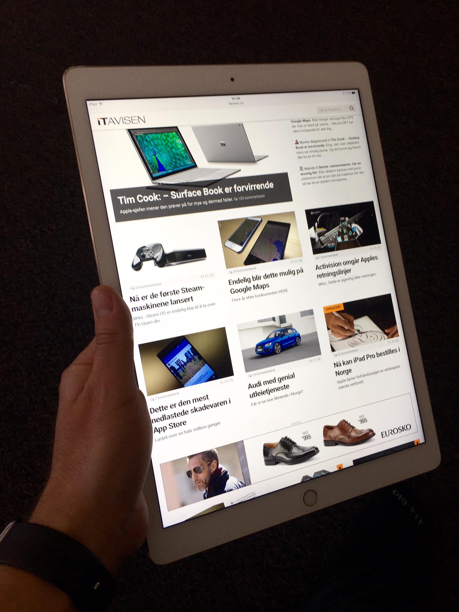 iPad Pro veier over 700 gram. Man blir derfor fort sliten når man holder den med en hånd.
