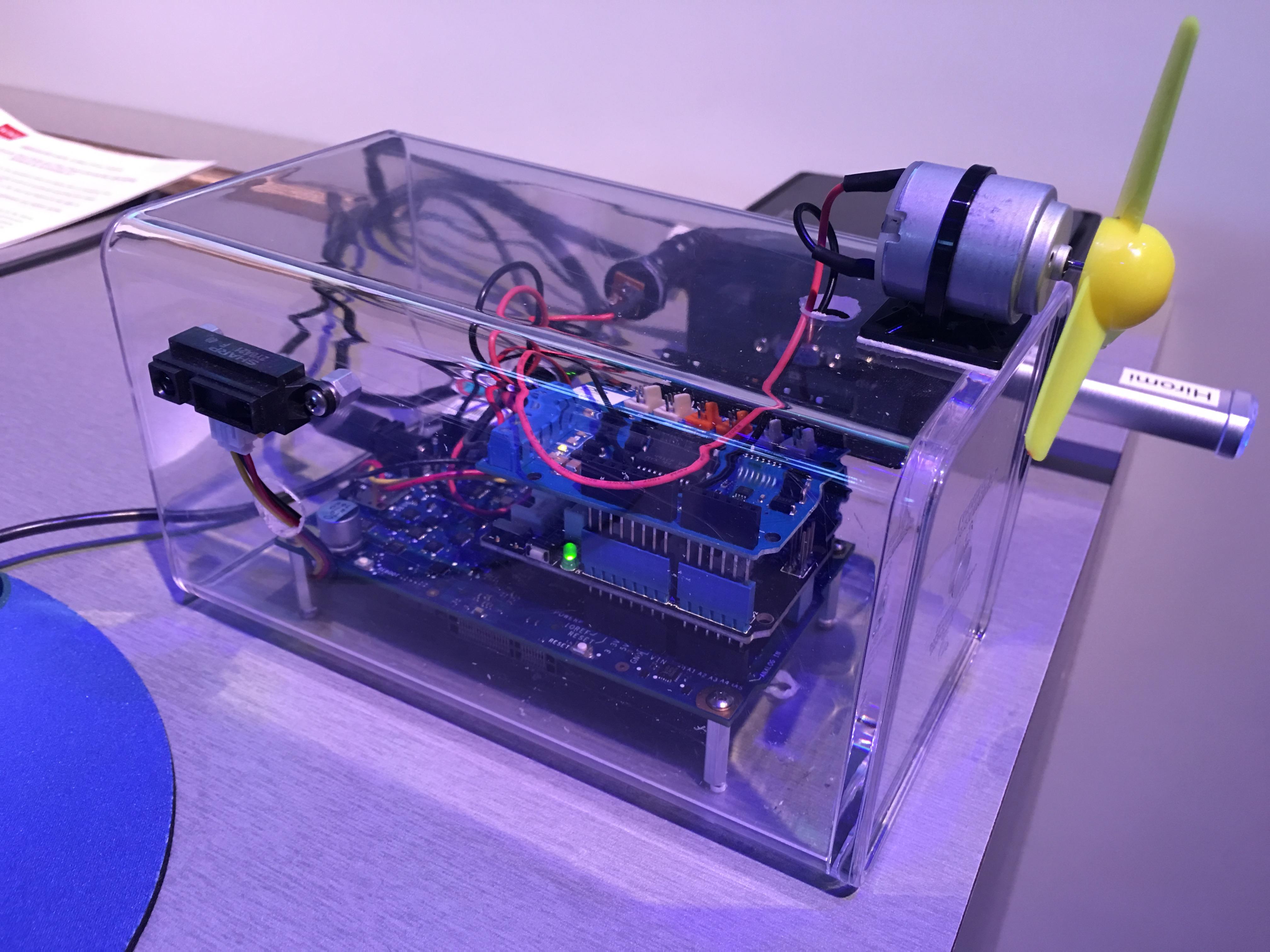 Ser du den svarte avlange boksen på utsiden av utviklerboksen? Dette er en sensor som merker om noe er i nærheten, for eksempel en hånd. Man kan enkelt leke seg og programmere den lille viften til å starte og stoppe når hånda er nær sensoren.