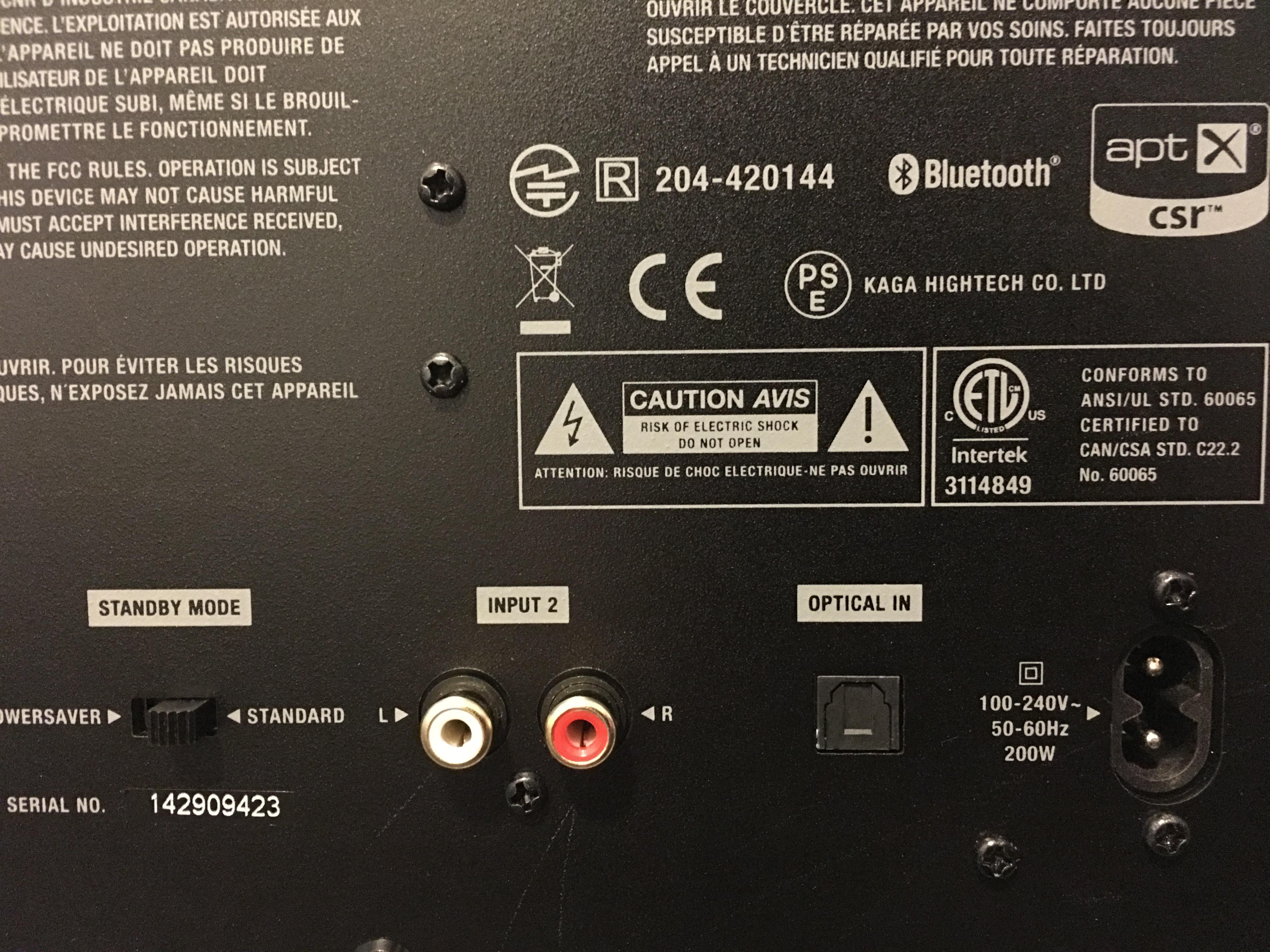 På baksiden finner du RCA og optisk, samt en strømsparefunksjon du aldri kommer til å bruke (denne er ikke batteridreven).