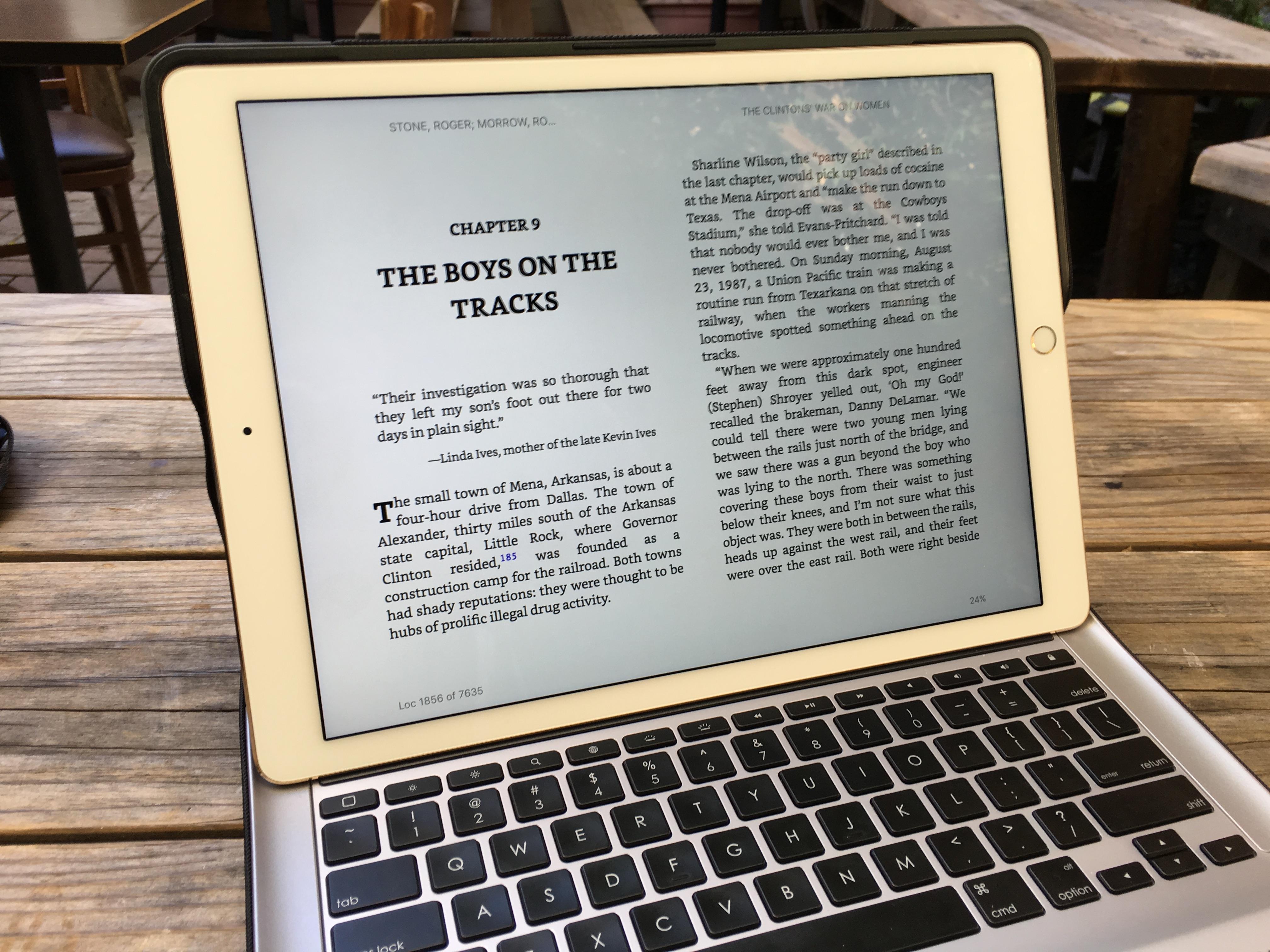 iPad Pro er for stor til å brukes som en bok, men støtt den opp, og det er faktisk helt OK å lese på den.