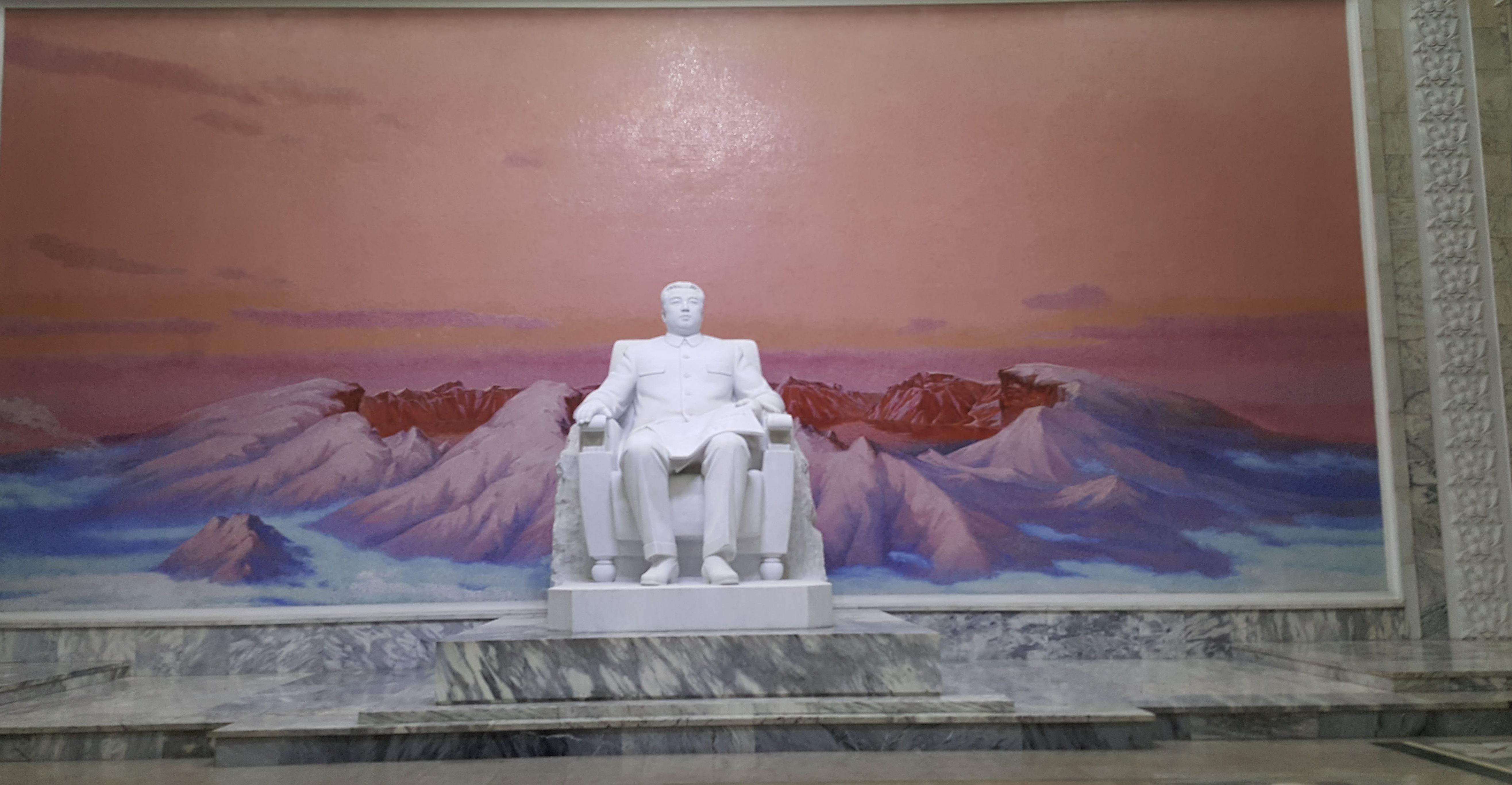 Det første som møter besøkende når de går av togene er selvsagt landets Gud, tidligere diktator Kim Il-sung som døde i 1004.