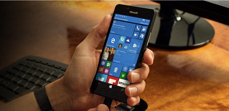Vi er ekstremt stolte av å kunne gi deg noen revolusjonerende måter å bruke telefonen din på – dokk Lumia 950 og «Windows-appene vises på en stor skjerm. Vil du ha en mer personlig pålogging? Bruk iris-autentisering for å låse opp Lumia 950 uten å angi en pinkode», skryter Microsoft.