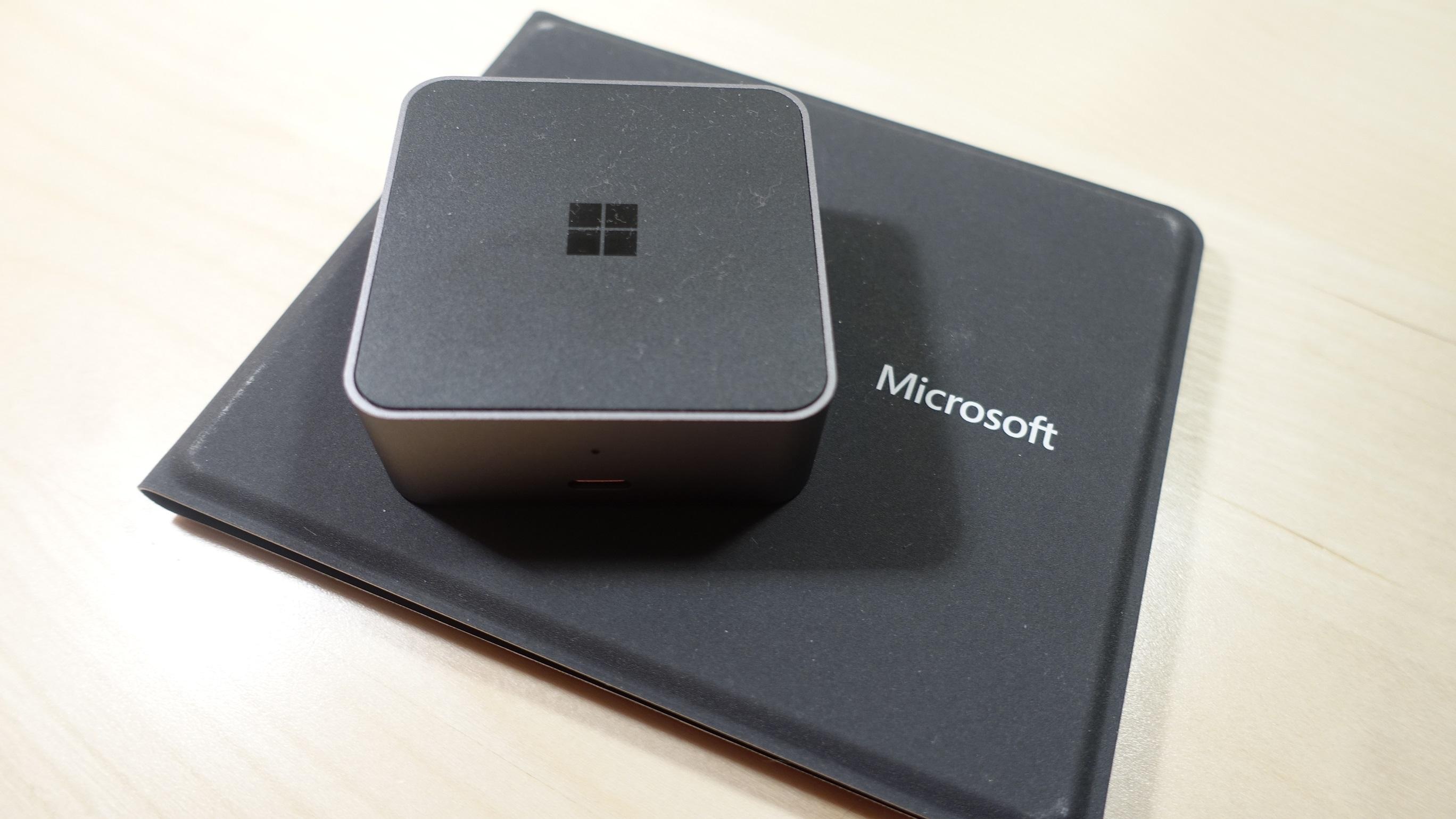 Dokken og Microsofts reisetastatur tar svært liten plass.
