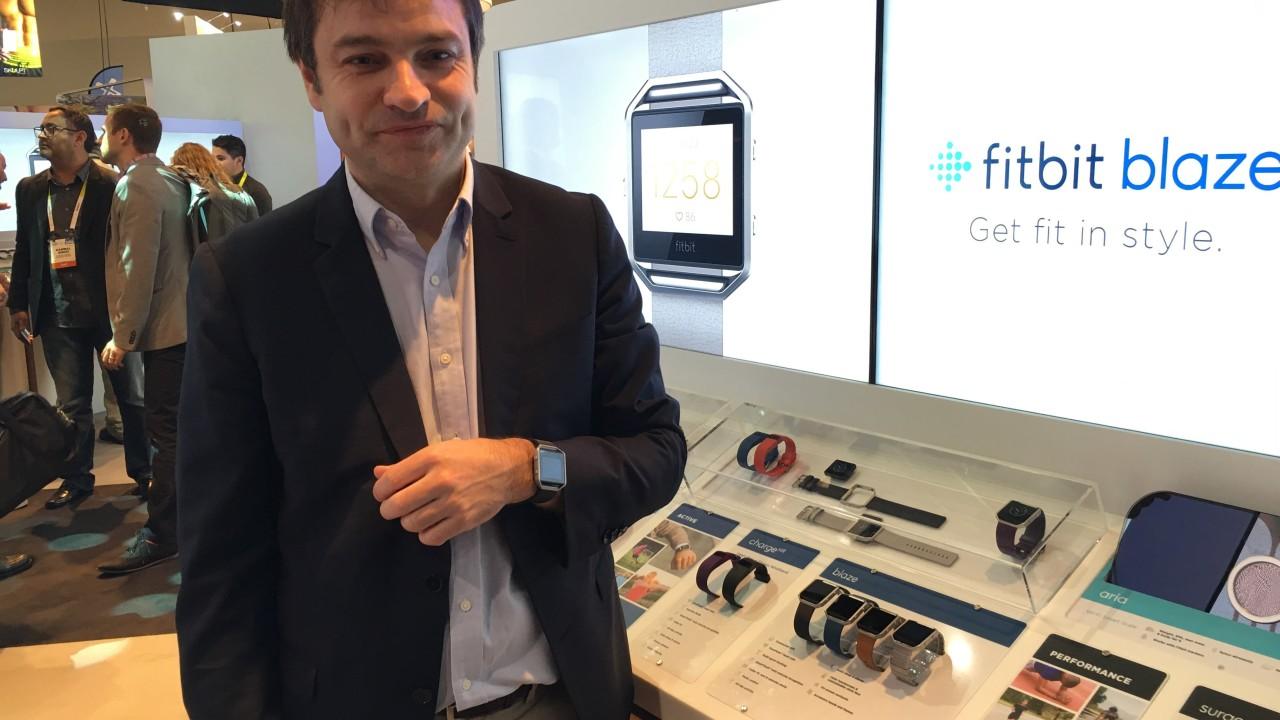 Fitbits Benoit Raimbault viser frem nye Blaze som lanseres i mars til rett under 3000 kroner.