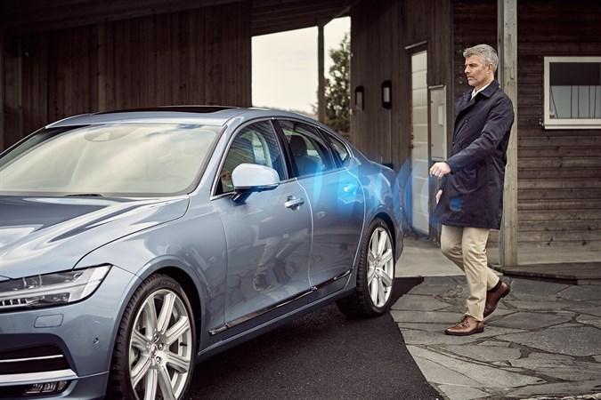 Lås opp bilen, og tillat den å starte via Bluetooth.