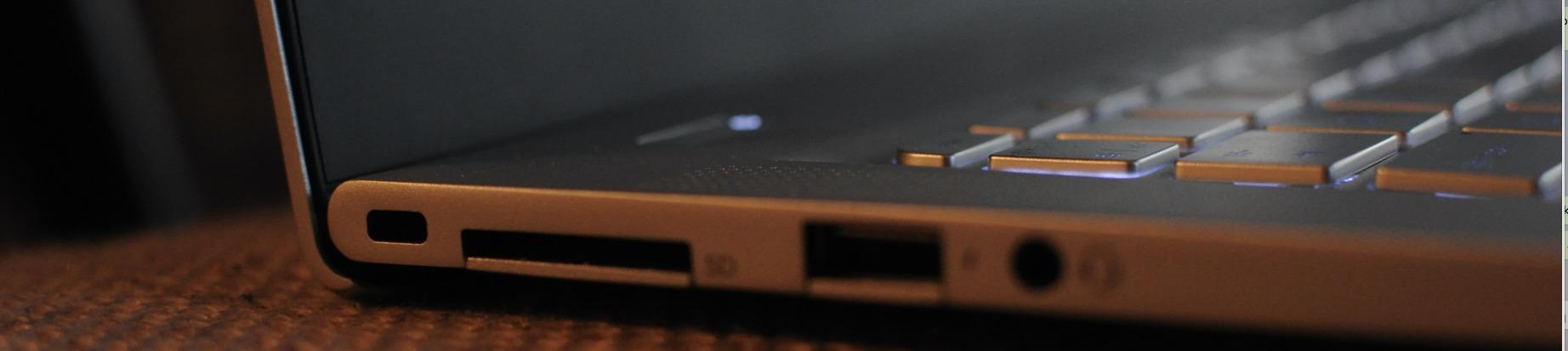 Kurven på bunnen av skjermen hever maskinen fra underlaget når skjermen er oppe.