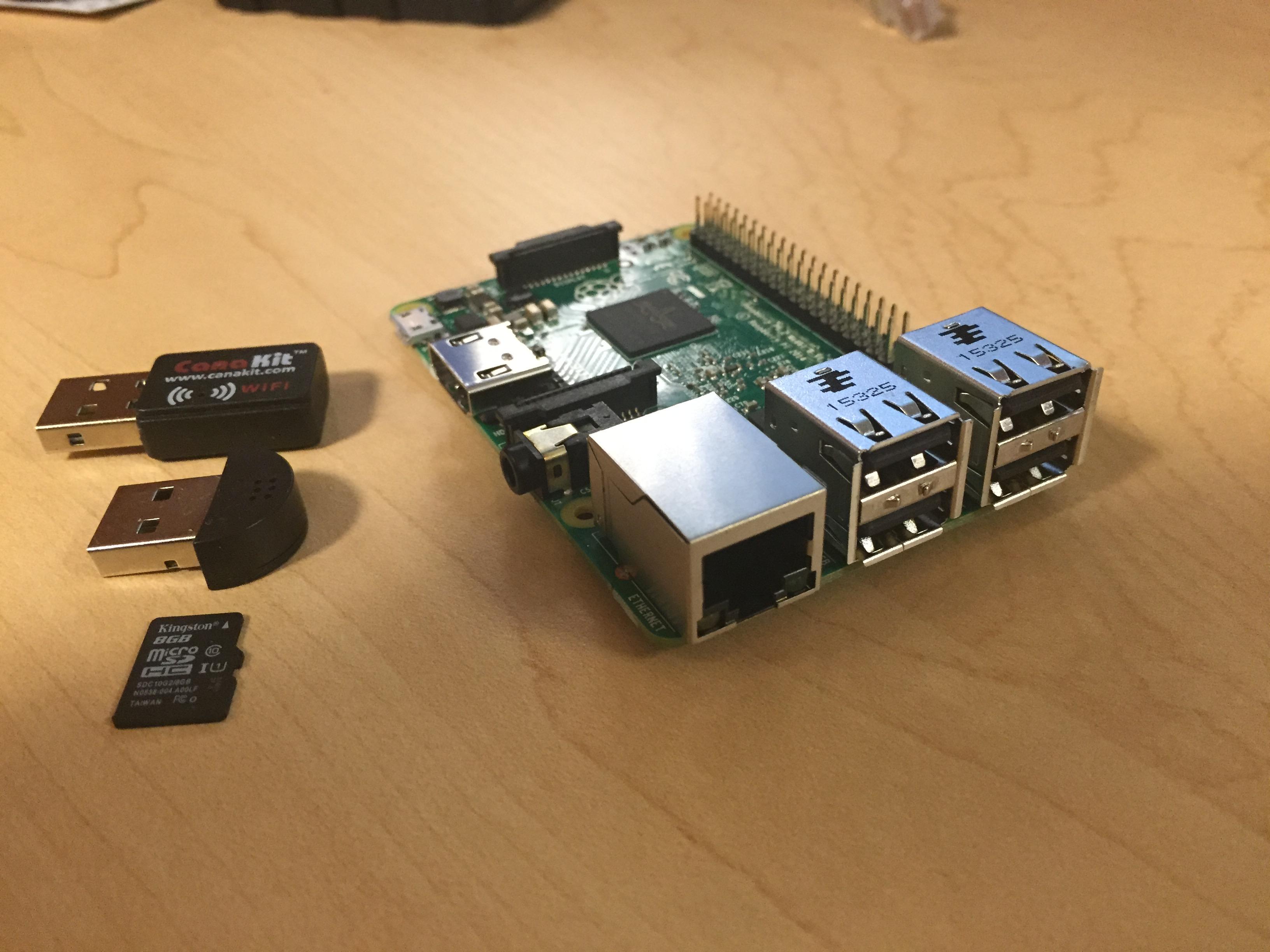 Raspbery Pi 2 med wifi dongle, mikrofon og sd-kort.