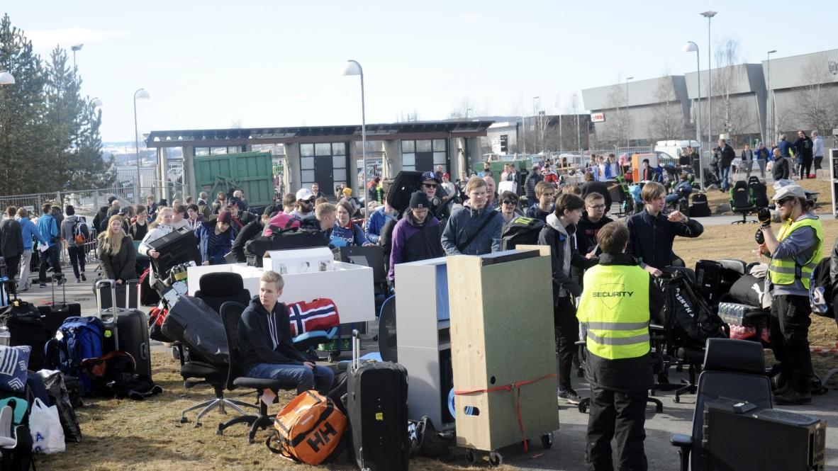 Mengden deltagere som venter på å få utstyret sitt inn i hallen.