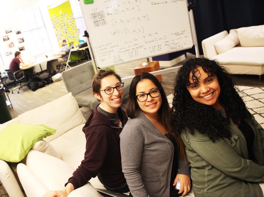 Minutter tidligere lå Katherine, Hanna og Saralis utslått på sofaen. De innrømmer at koding ikke bare er gøy.)
