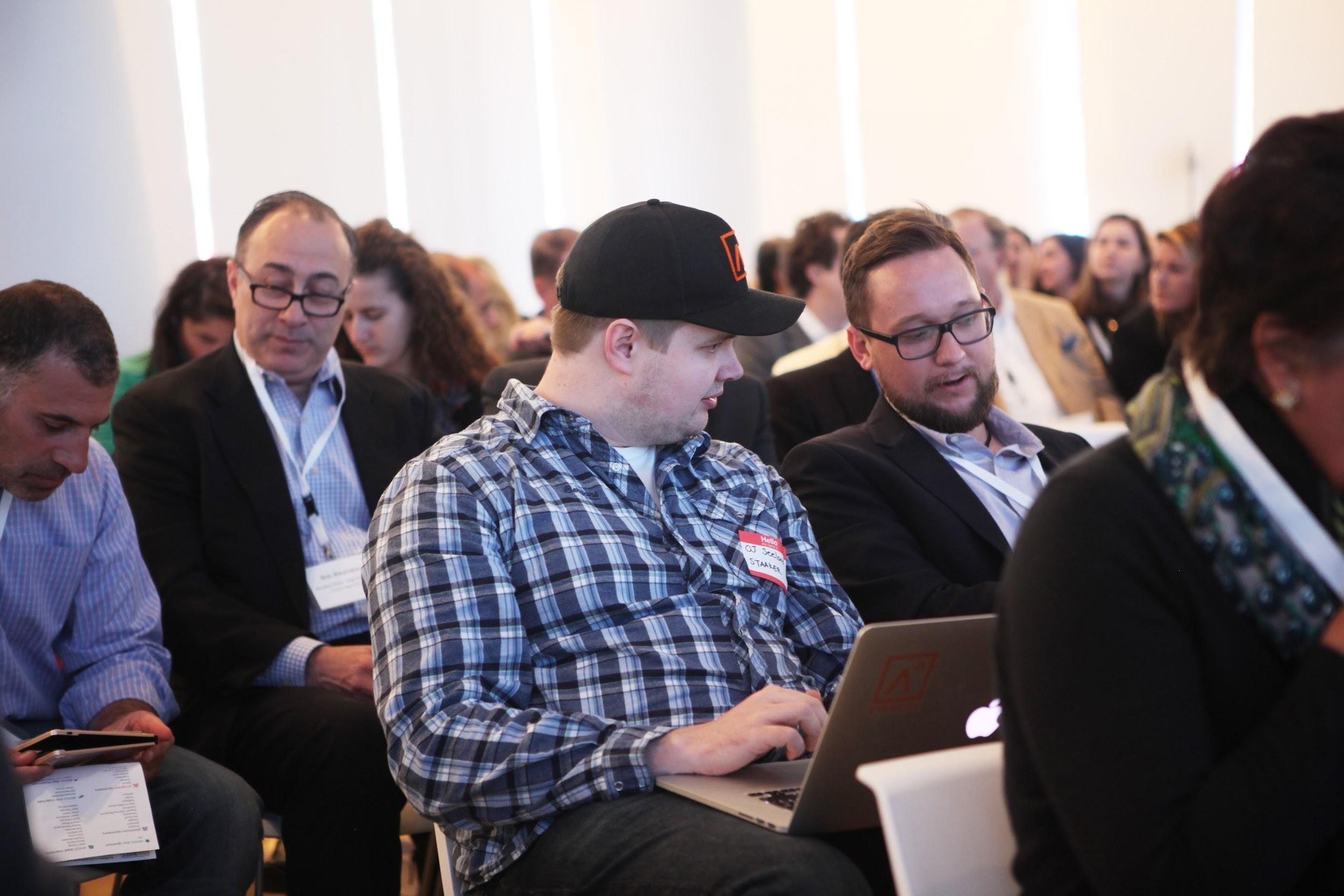 Norske teknologi-bedrifter sitter i salen for å lære. Her norske Staaker og UpWave.