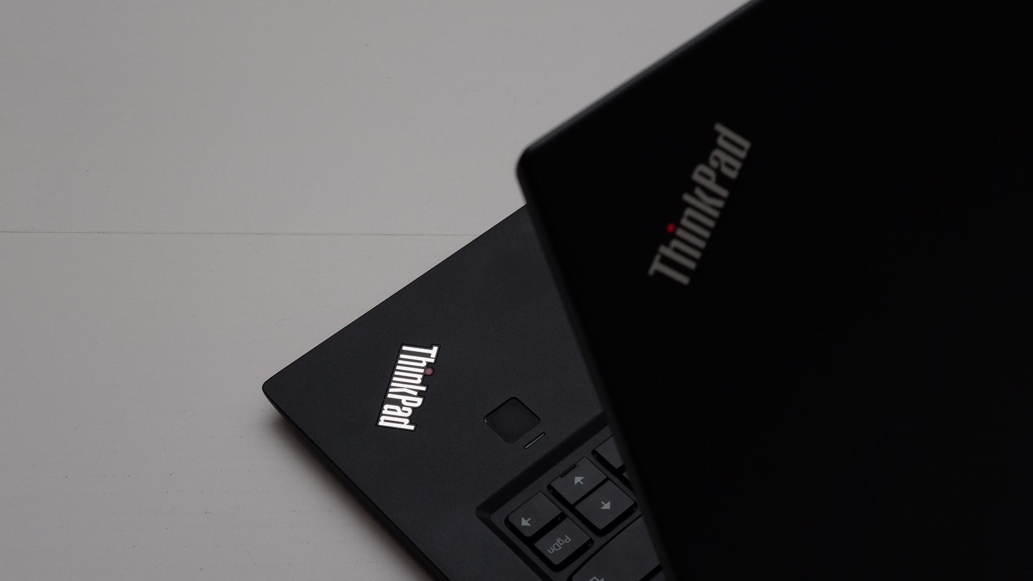 Den ikoniske ThinkPad-logoen pryder både lokket og tastaturflaten.