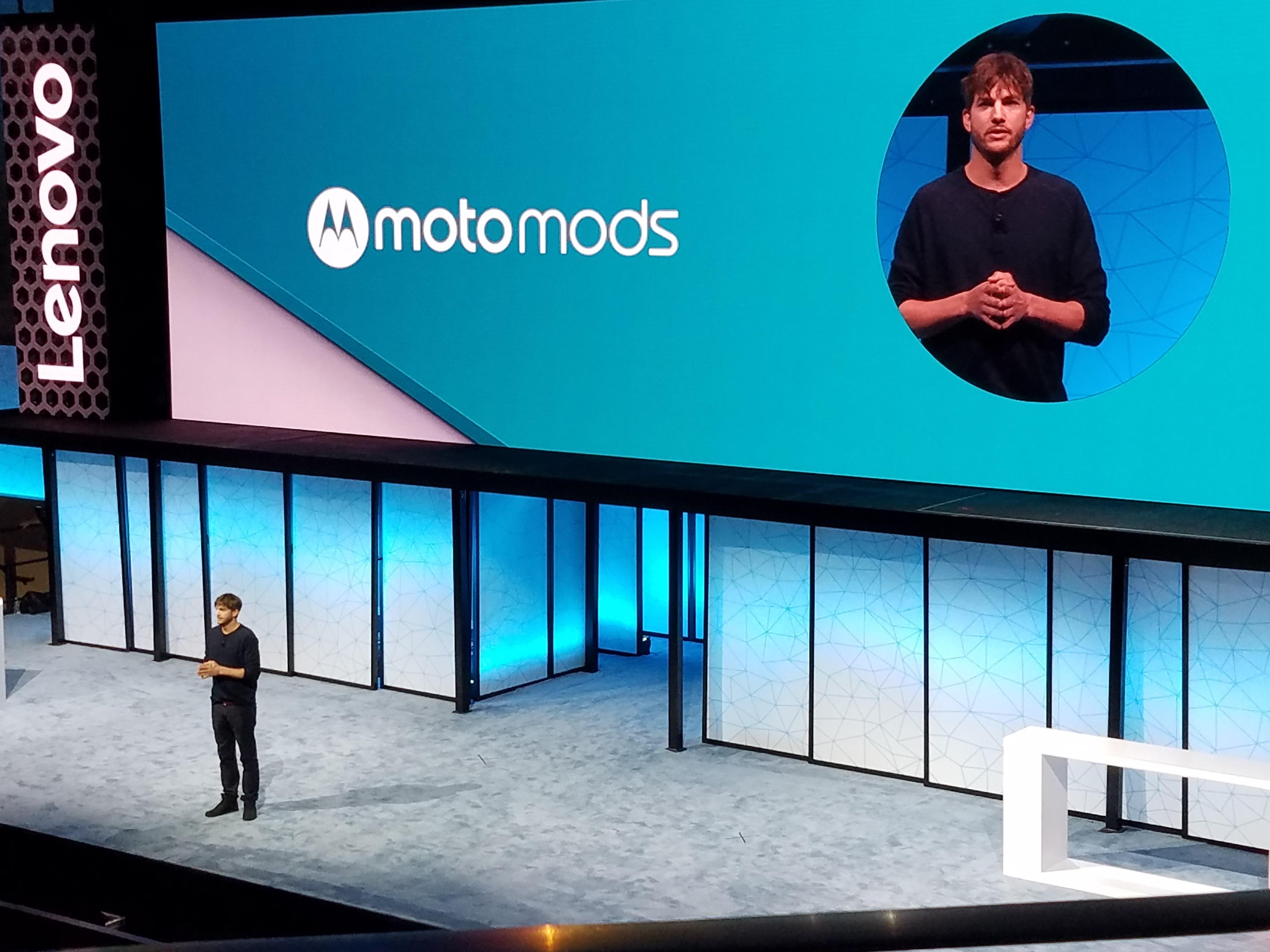 Ashton Kutcher var tilstede for å snakke om de nye Moto-mobilene.