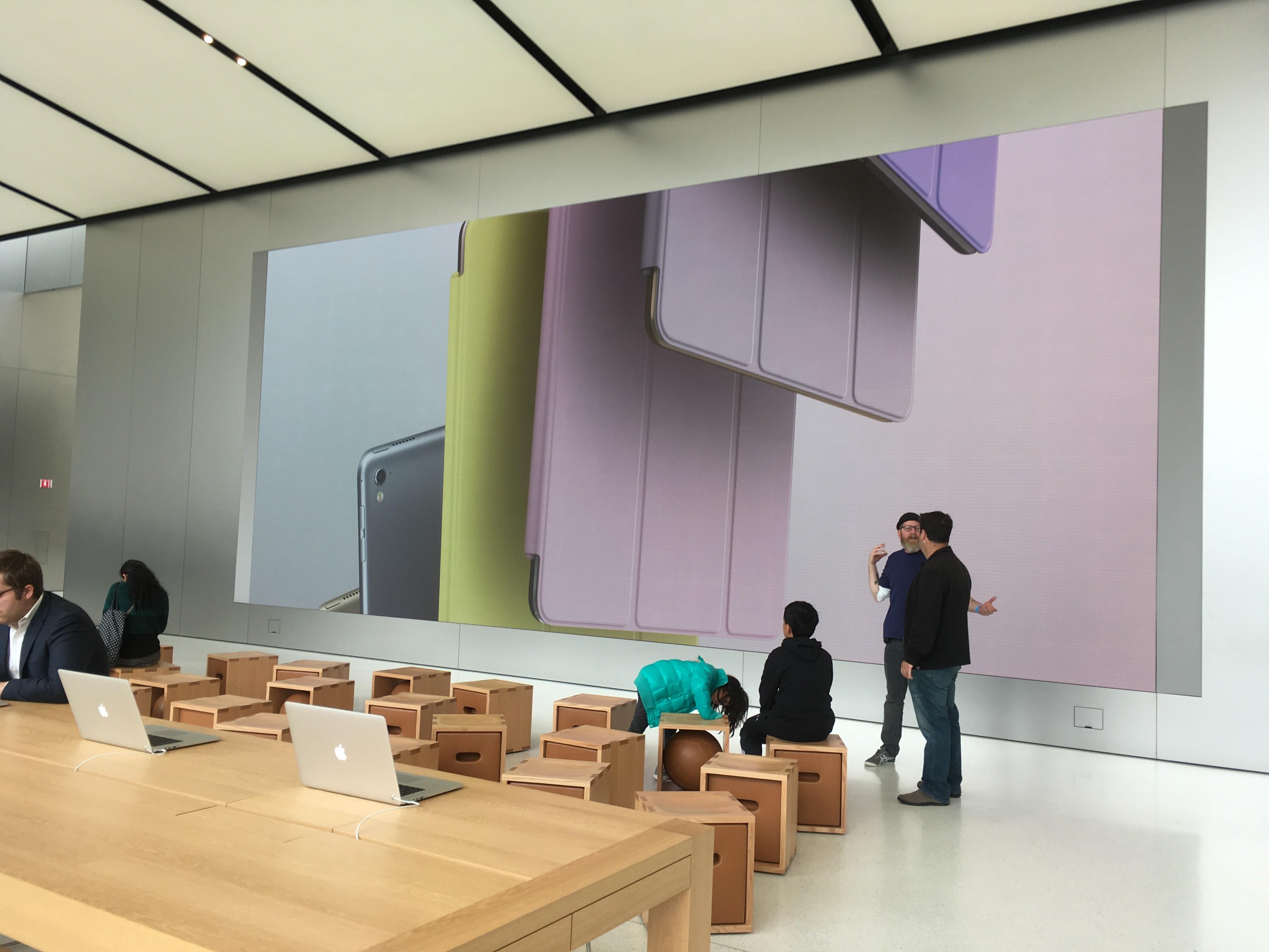 Et gigantisk panel frister med produktbilder.