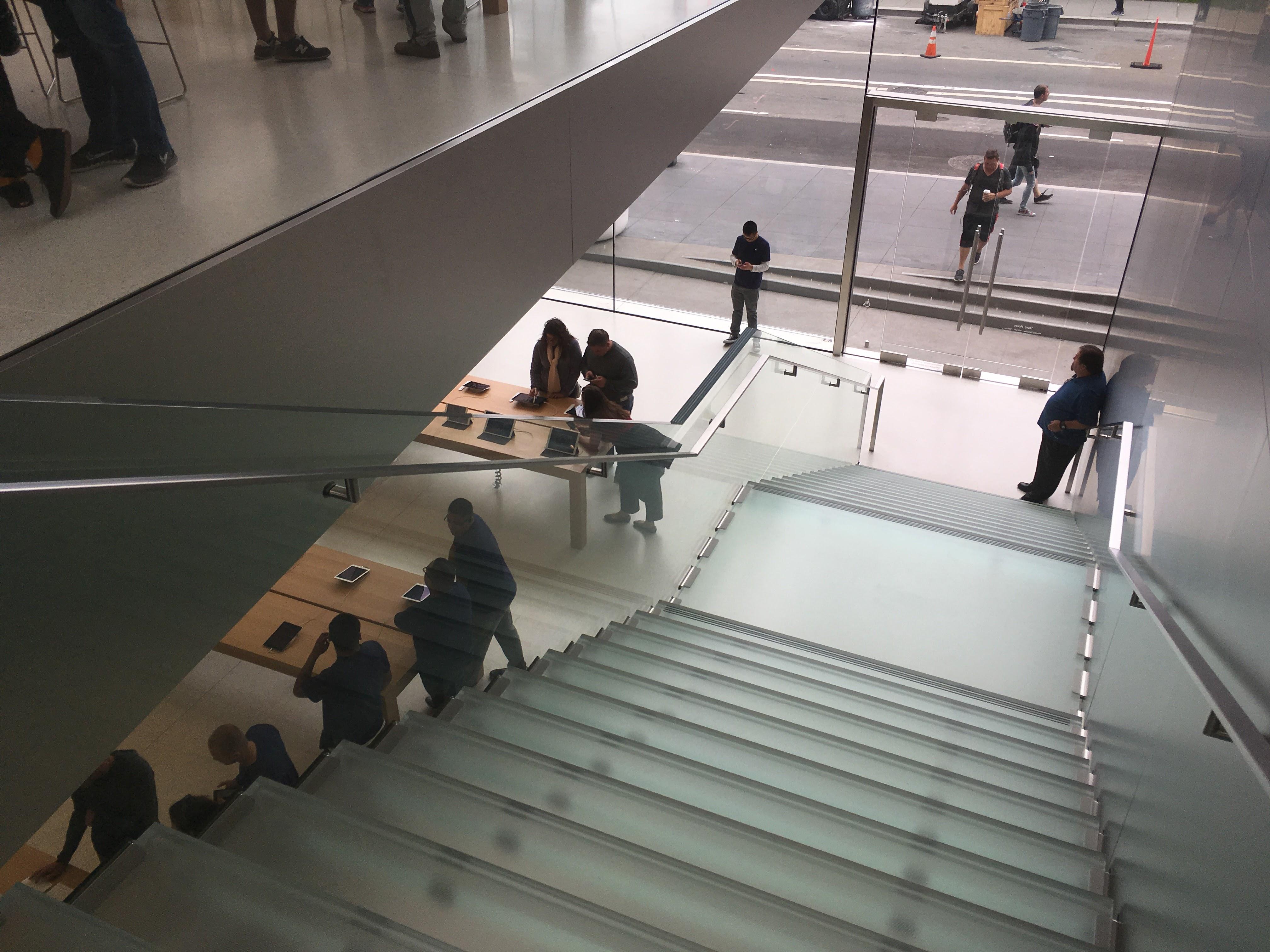 Trappene er av semi-gjennomsiktig glass du kjenner fra Apple Stores.