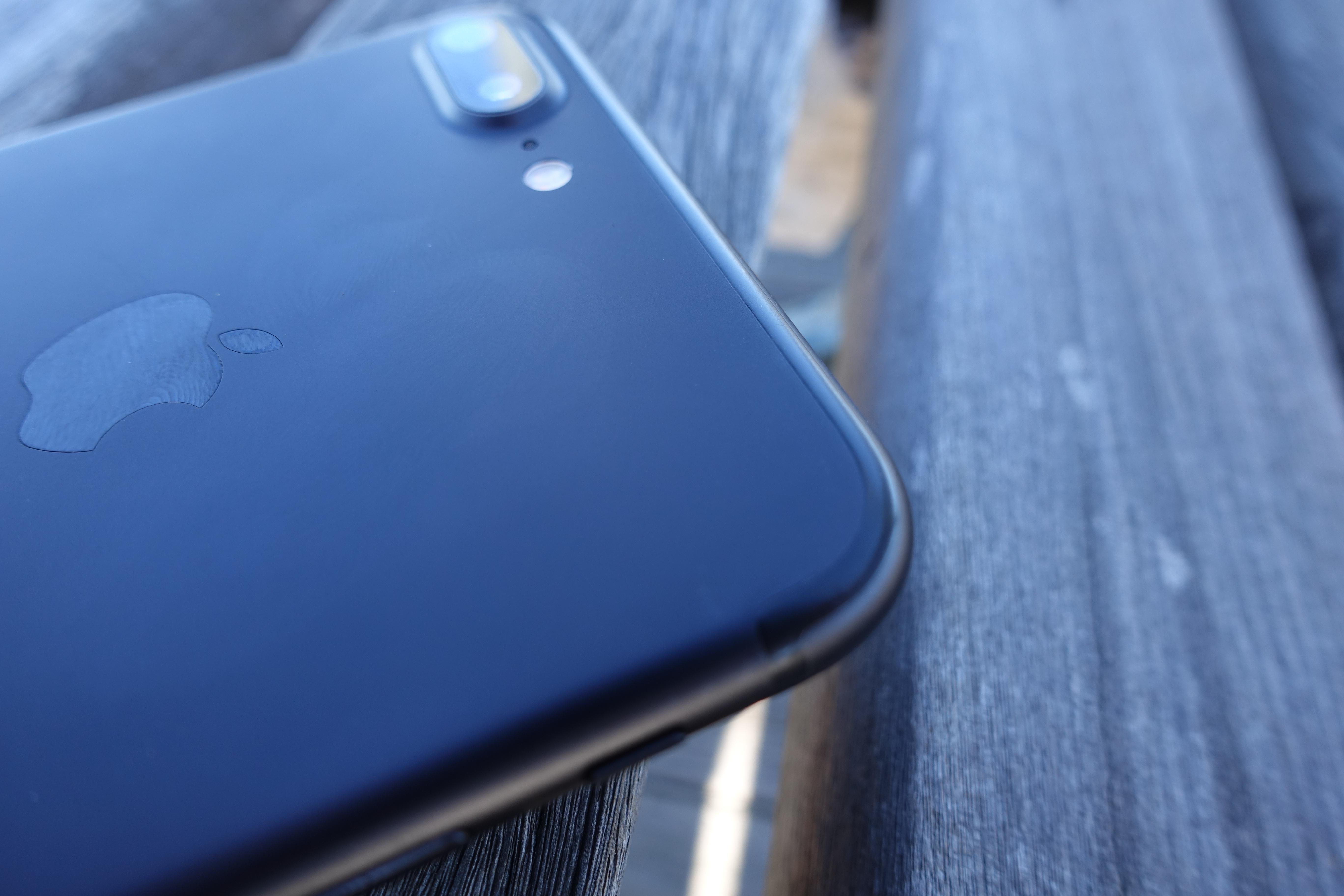 iPhone 7 svart tar seg godt ut - det er ikke lett å se antennestripene til forskjell fra sølv og gull-modellene.