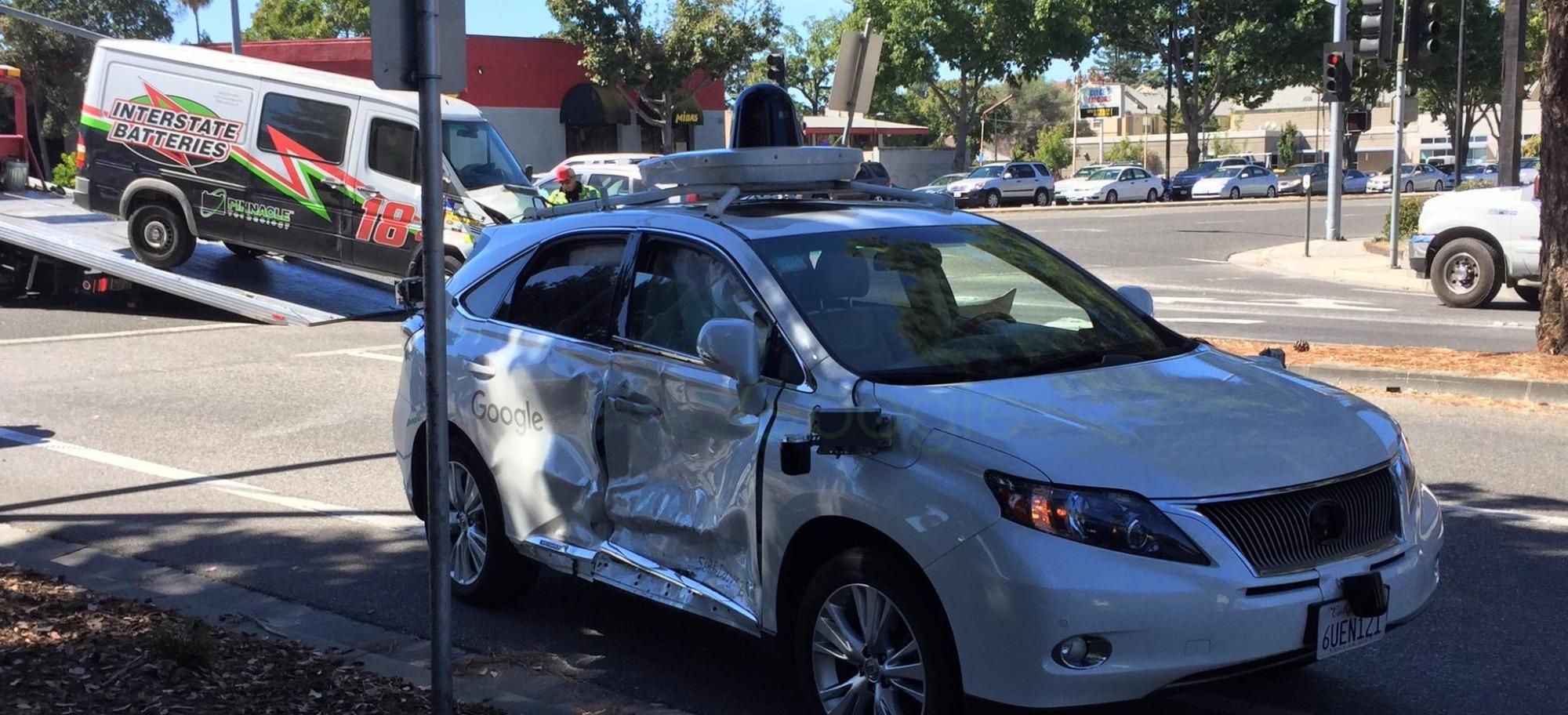 Høyresiden av Lexusen er svært skadet etter ulykken. I bakgrunnen kan vi se varebilen som var skyld i ulykken. (Ill: Twitter @grommet)
