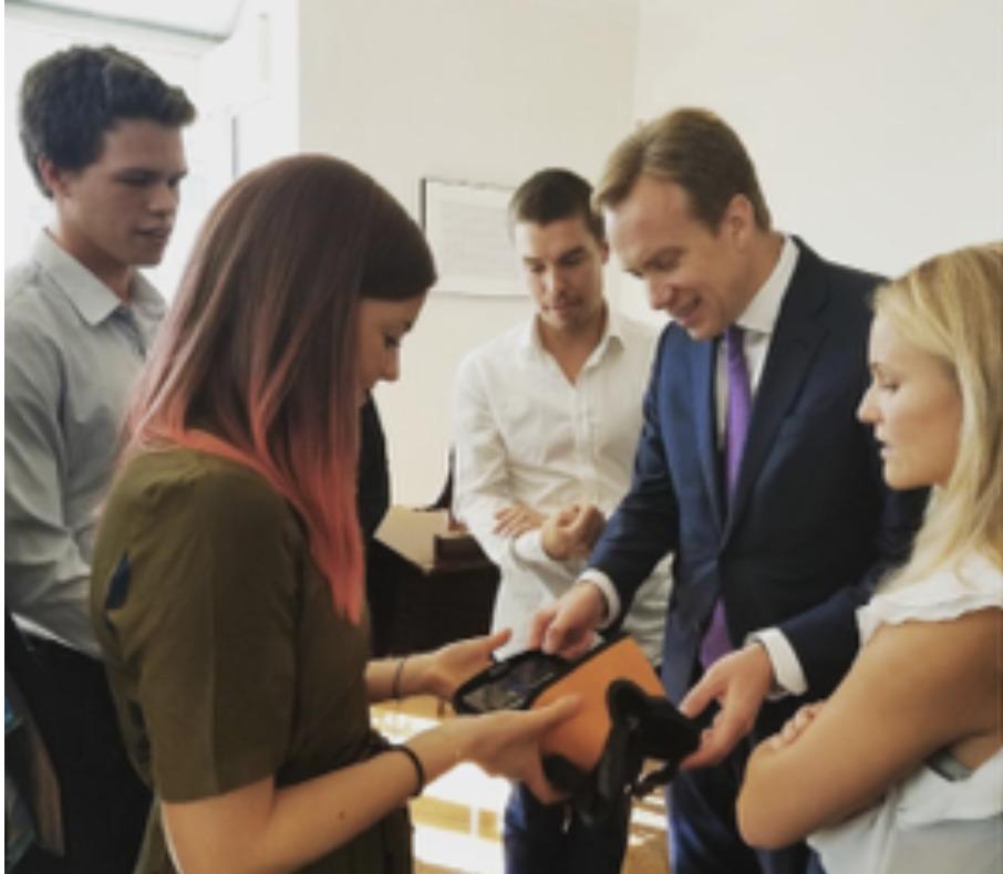 Utenriksminister Børge Brende får demonstrert MovieMask hos generalkonsulen.