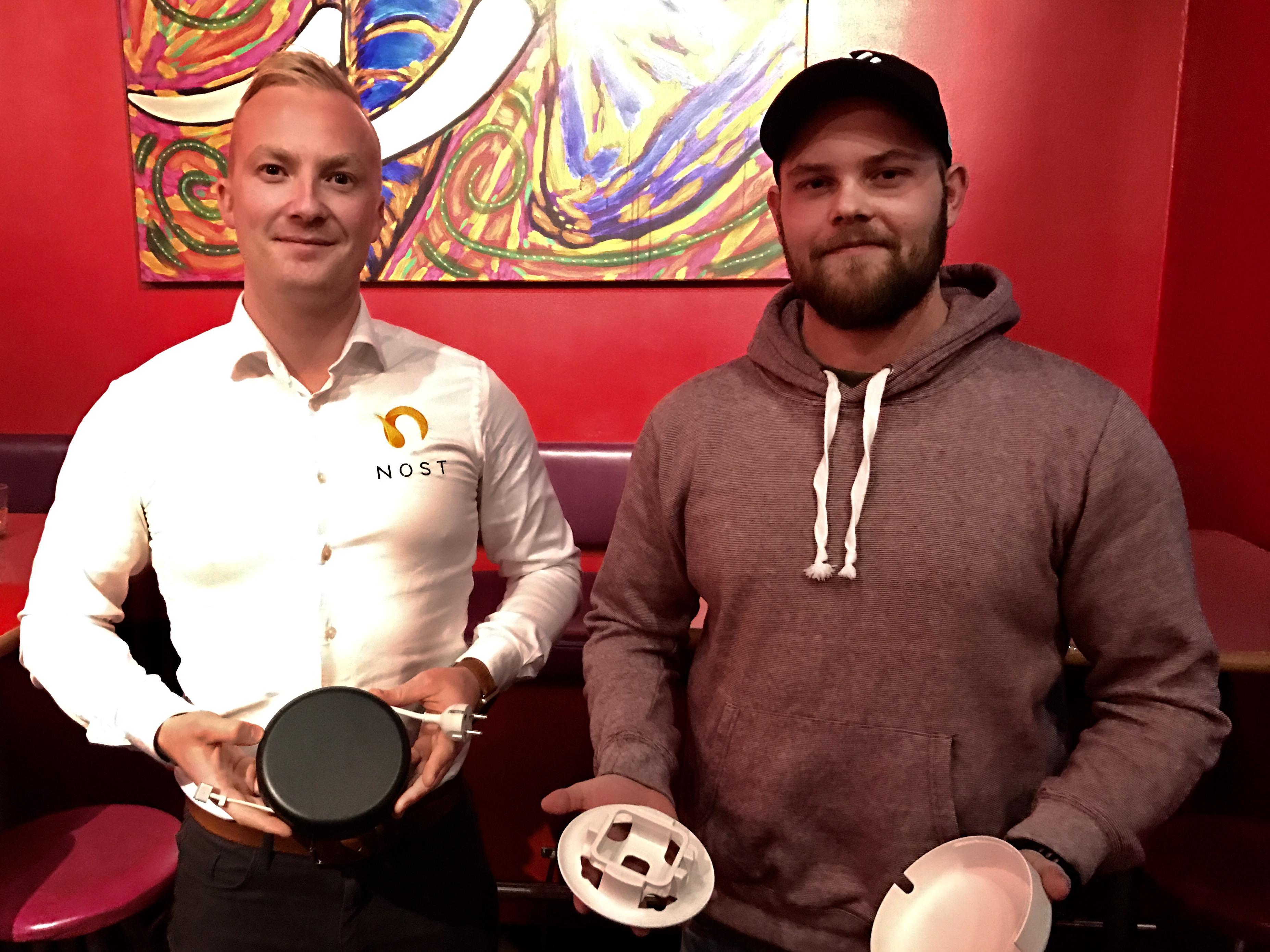 Jon Erik Stensrød til venstre og Sigvart Andersen. Nøst sin kabelnøster til MacBook Pro og Air lanseres 25. november til 299 kroner. (Ill.: Trond Bie/ITavisen)