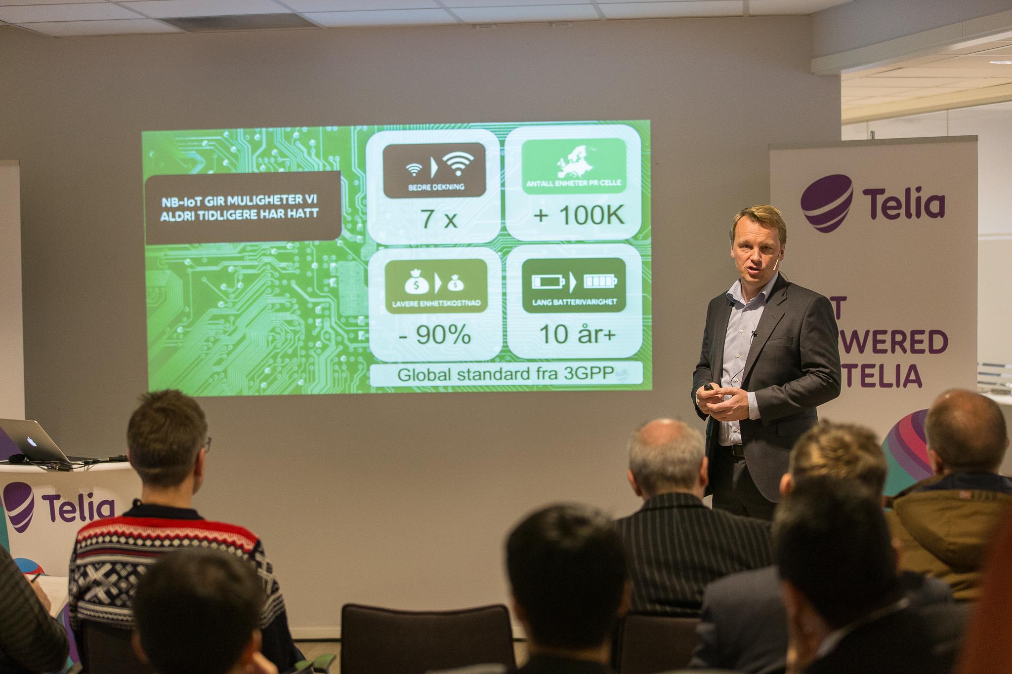 Hillestad, CTO i Telia forklarer fordelene med NB-IoT over dagens løsninger.