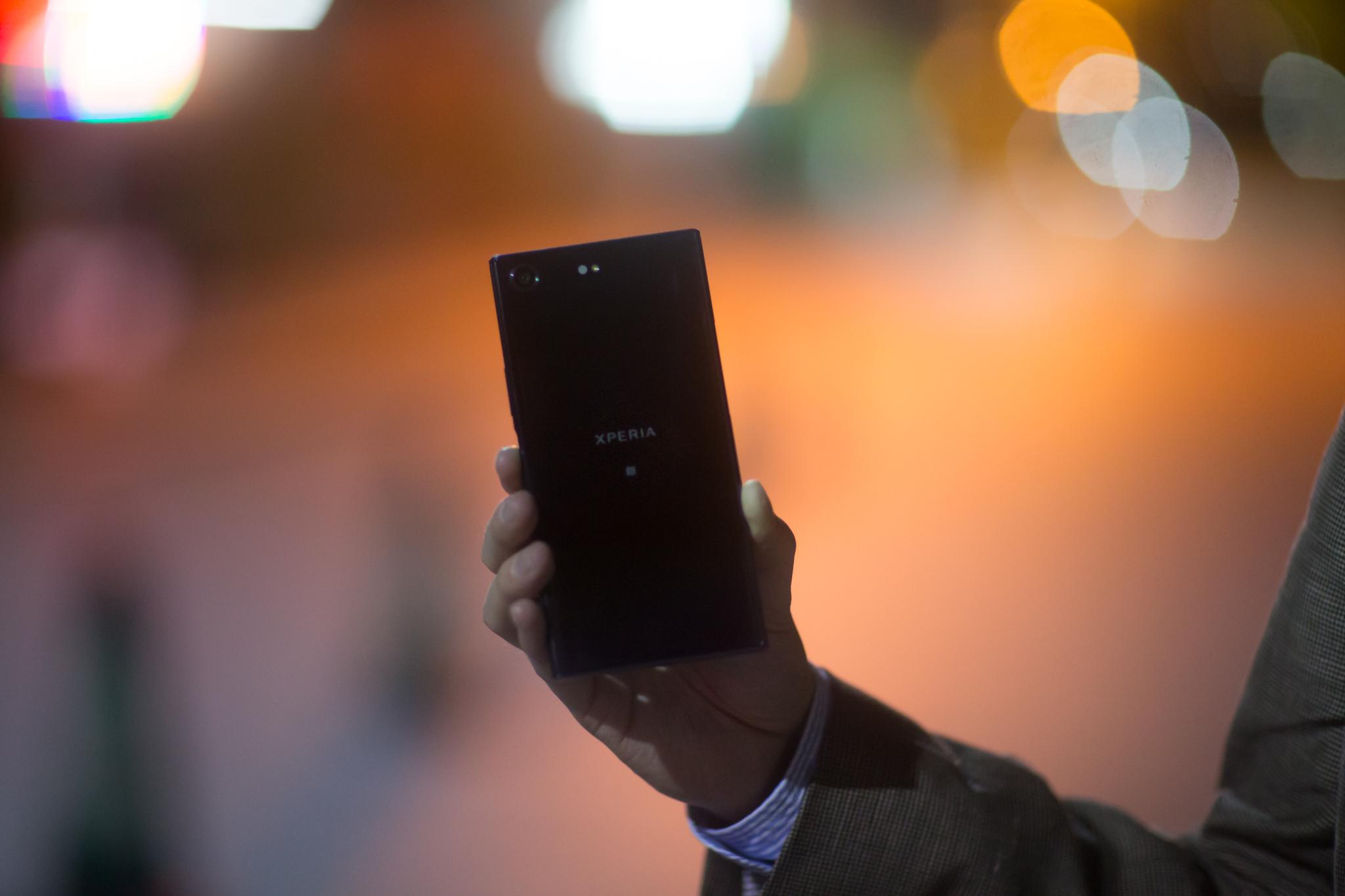 Sony holder fast ved det kantete designet.