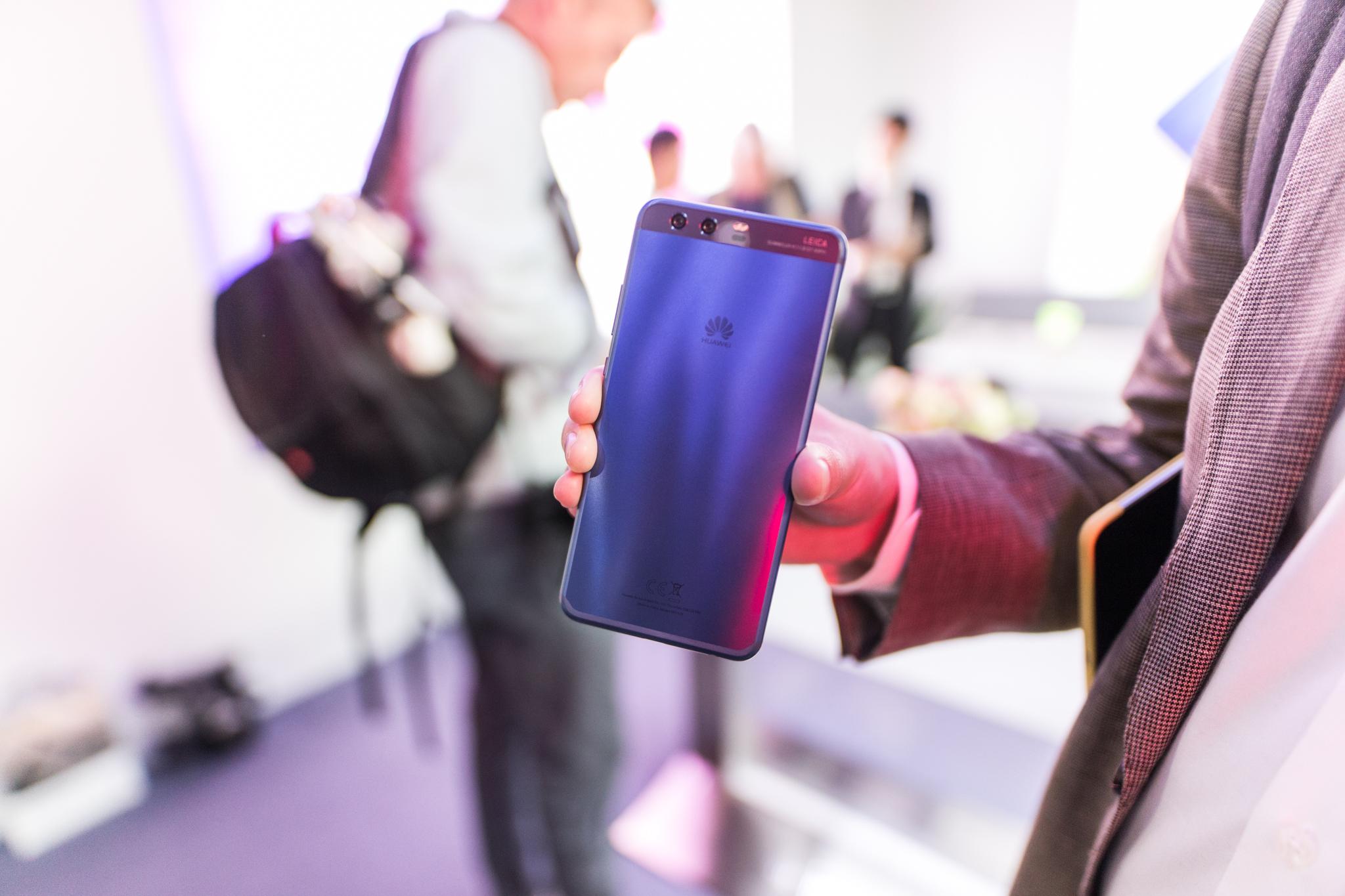 Vi fikk en titt på den blå Huawei P10. Den er ikke tilgjengelig i Norge.
