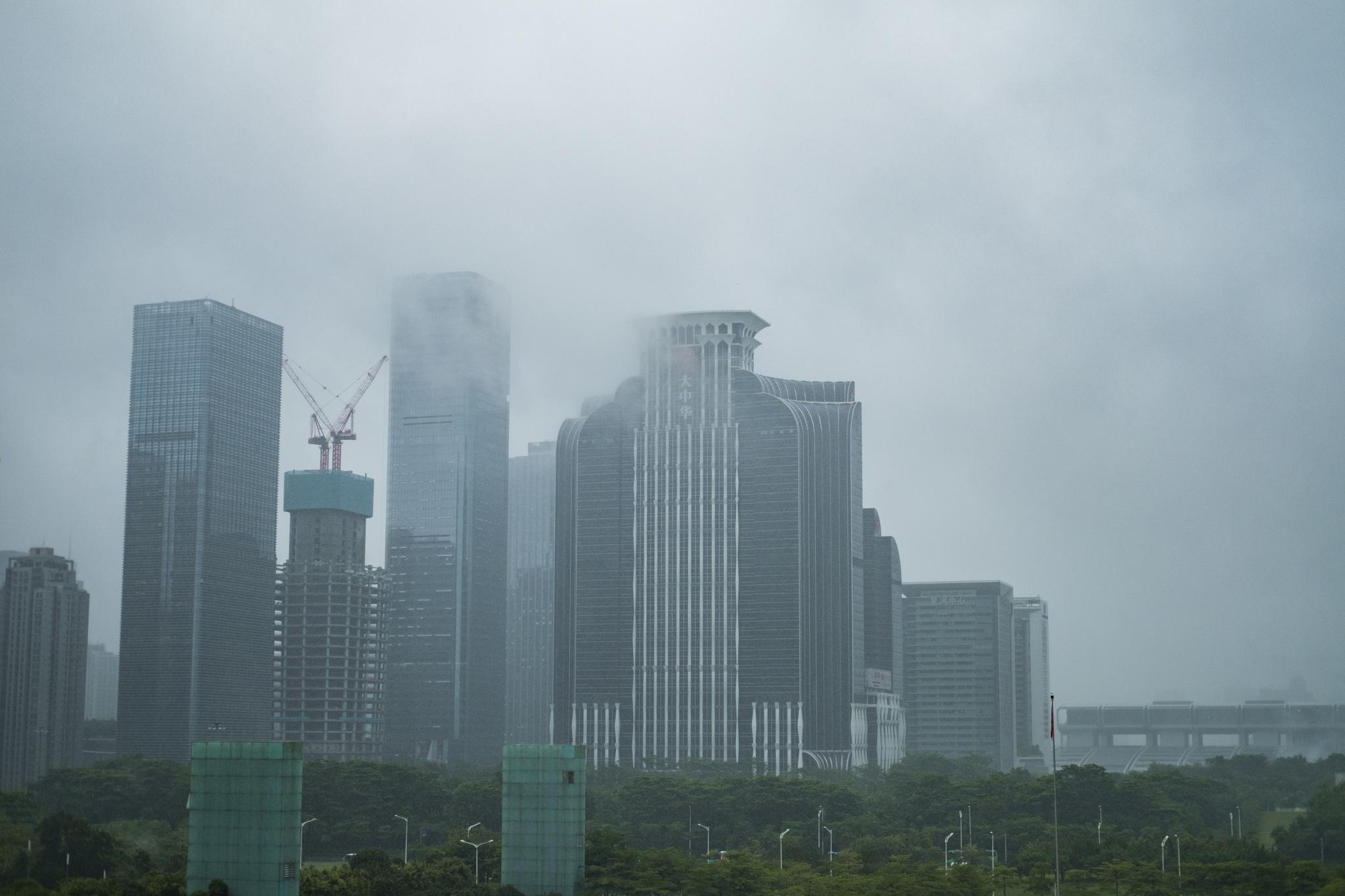 Utsikt fra Shenzhen Museum. Det var en tåkete formiddag i millionbyen sør i Kina.
