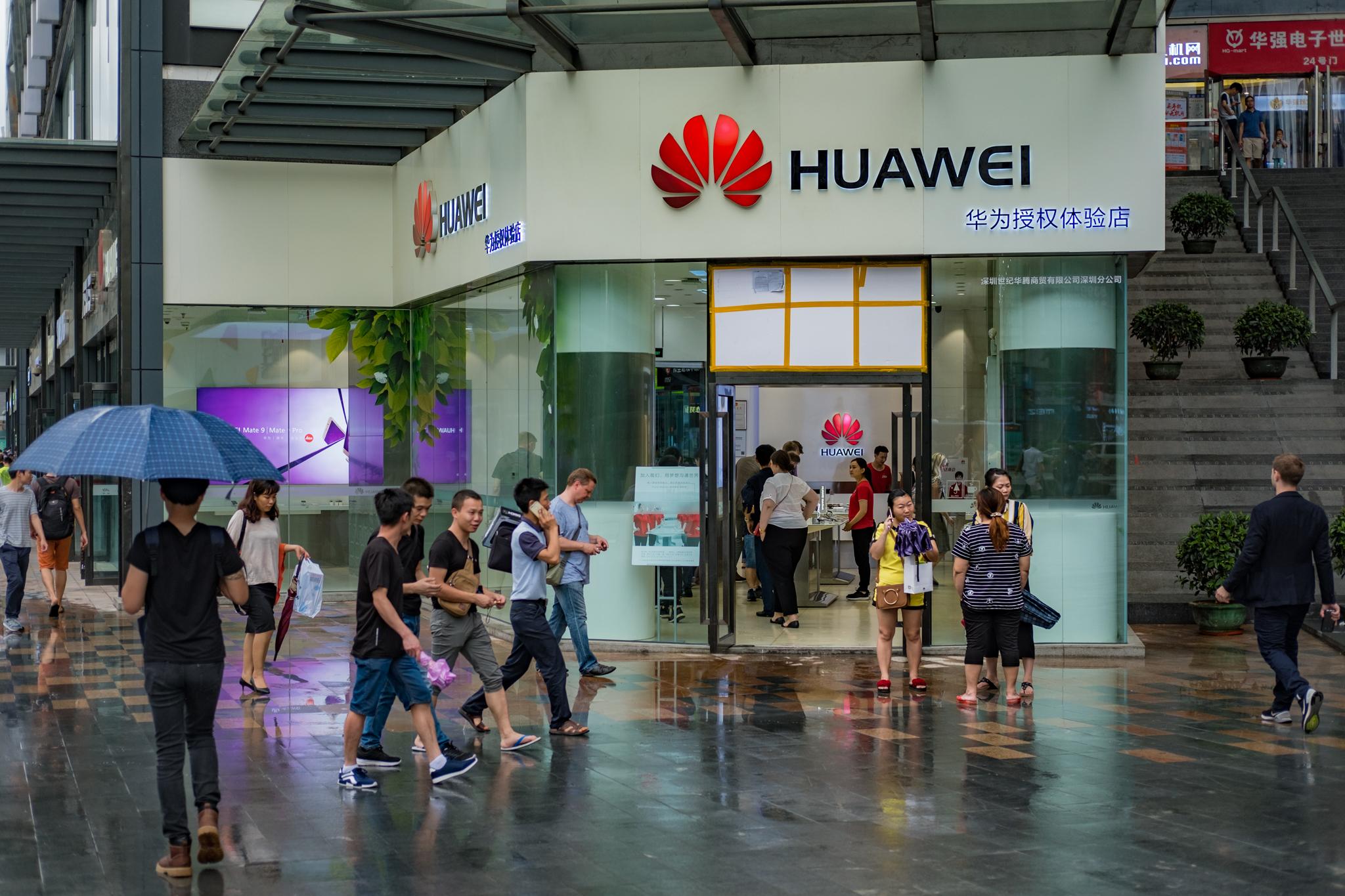 Utenfor Huaweis flaggskipbutikk i Shenzhen.