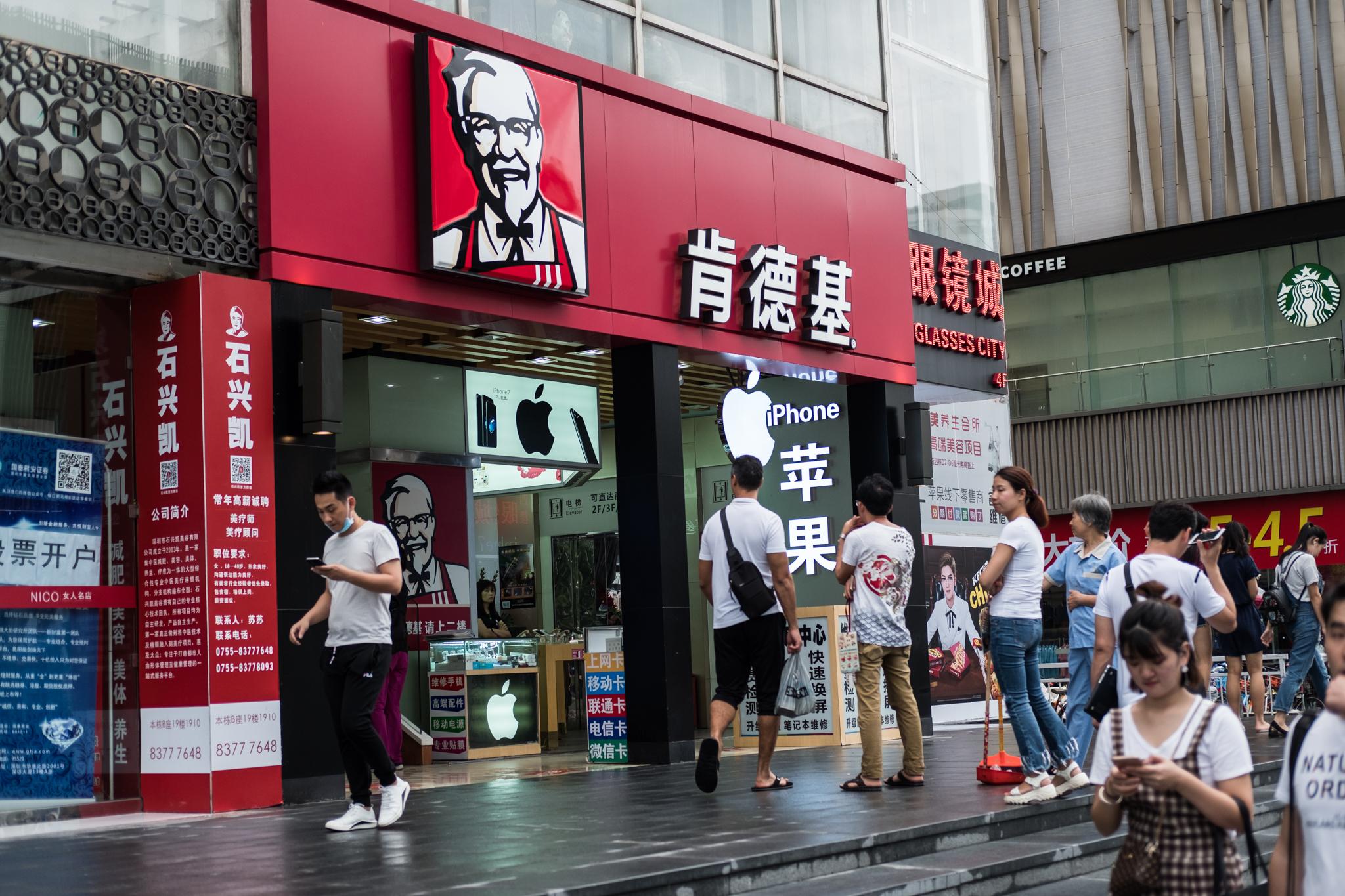 Vi rakk selvsagt et KFC-besøk. Eivind kjøpte burger, Martin ble påspandert en is.