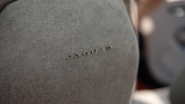 Baksiden av forsetene med Jaguar-påtrykk.