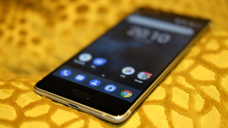 Nokia 8 både ser og føles ut som en Lumia. Det er positivt ment.