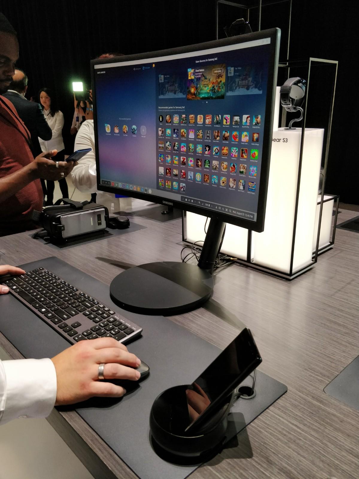 Dockingstasjonen DeX (lik den til S8), som gjør Note 8 til en PC, får alle som forhåndsbestiller Note 8 med på kjøpet. Kunden må registrere IMEI, og DeX sendes så i posten.