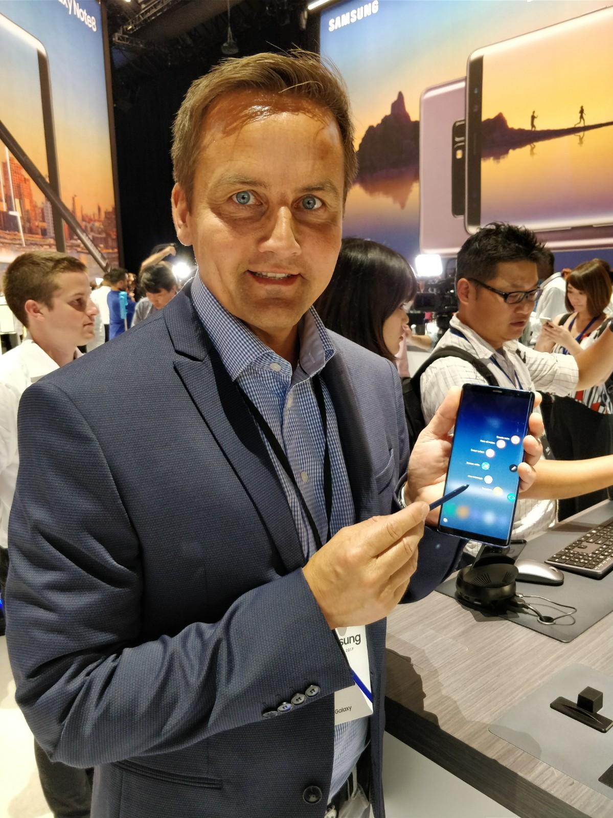 Samsungs Øyvind Aasen viser stolt frem selskapets nyeste flaggskip.