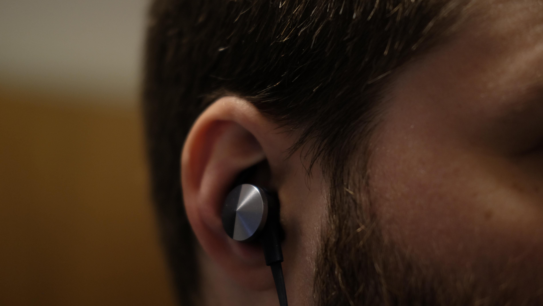 Fitbit Flyer sitter godt i ørene ... hvis du finner en propp som passer.