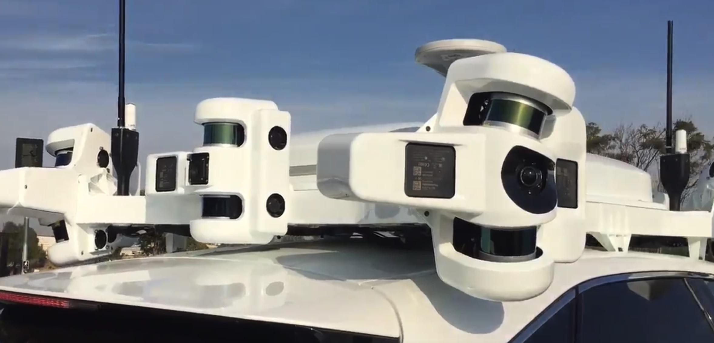 Til forskjell fra mange andre som tester selvkjørende biler, har Apple plassert all teknologien, inkludert GPU-ene som gjør AI-jobben, på taket. Derfor ser bilen ut som den gjør: Ikke strømlinjeformet som Apples ferdige produkter er.