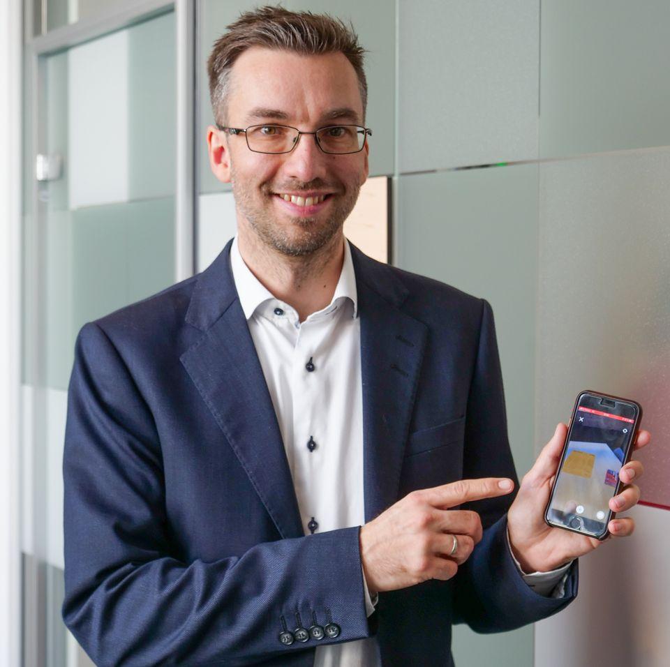 Alexander Haneng i Posten Norge viser frem den nye appen.