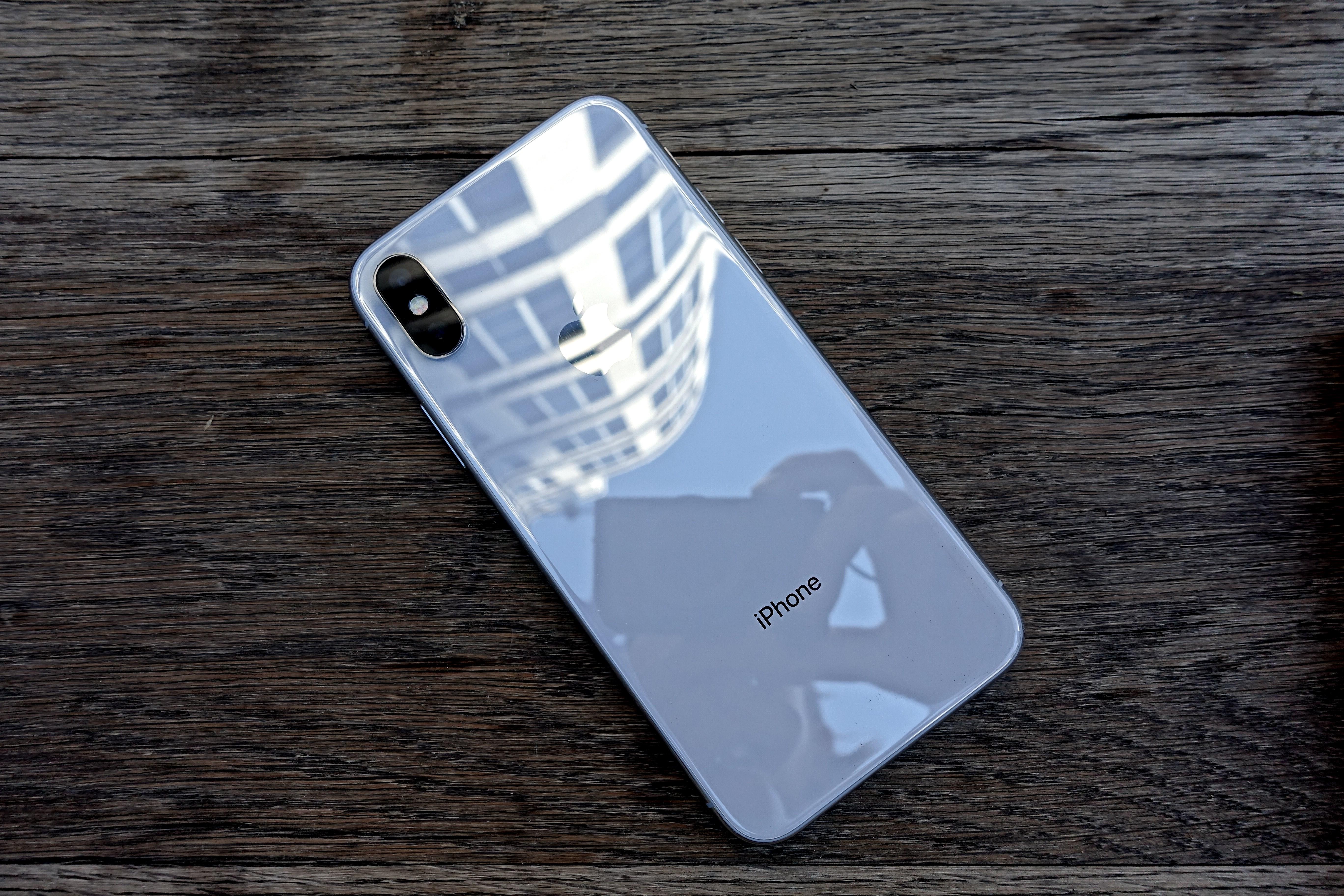 iPhone X er den beste mobilen fordi den har alt og gjør det meste bedre enn de fleste, inkludert smykkefølelsen, men den er dyr og langt fra alle apper fyller skjermen.
