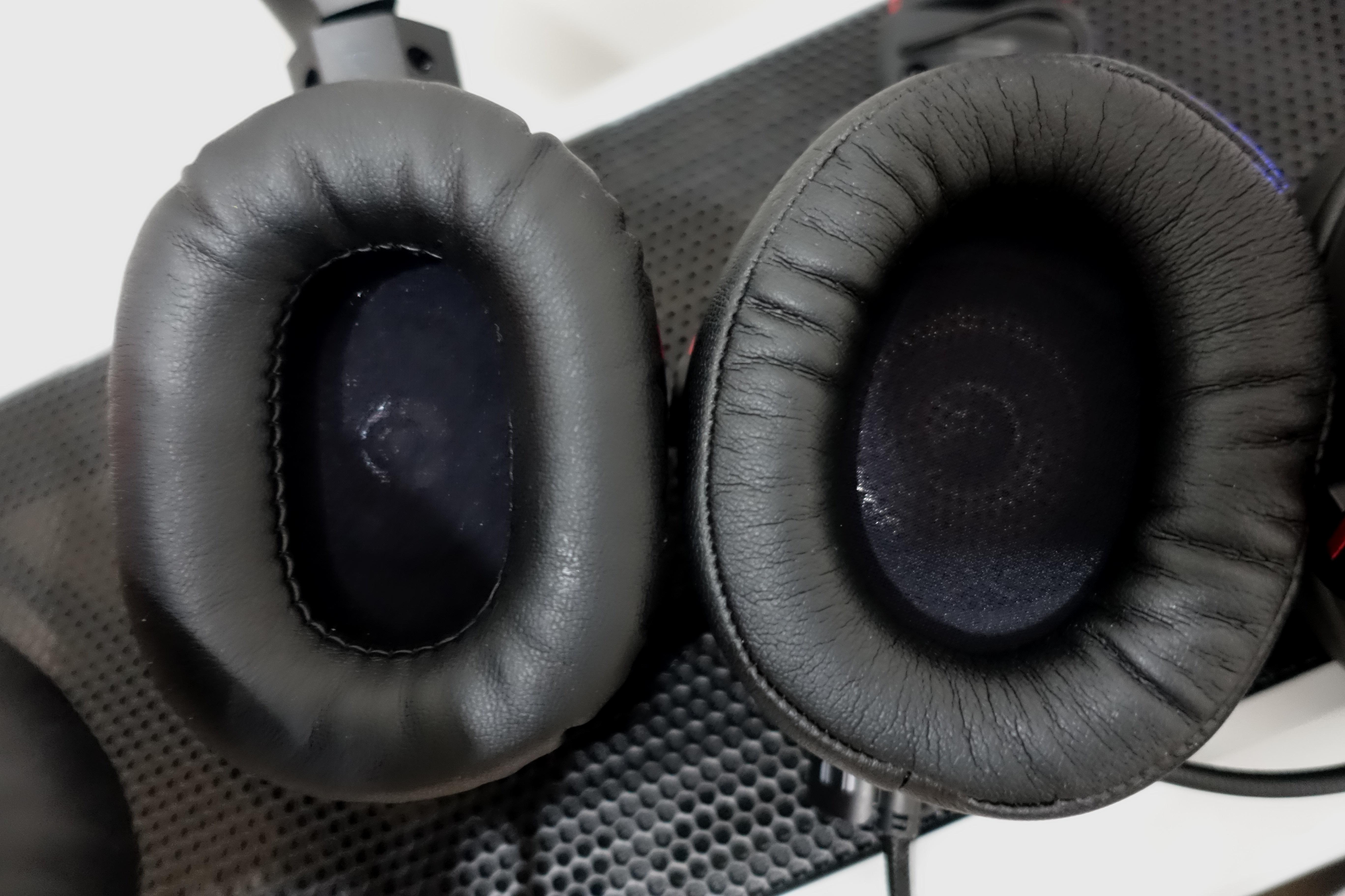 Ved første øyekast ser HyperX mer behagelig ut (på høyre side), men Roccat-settet går mye dypere slik at ørene ikke skraper borti høyttalerne.