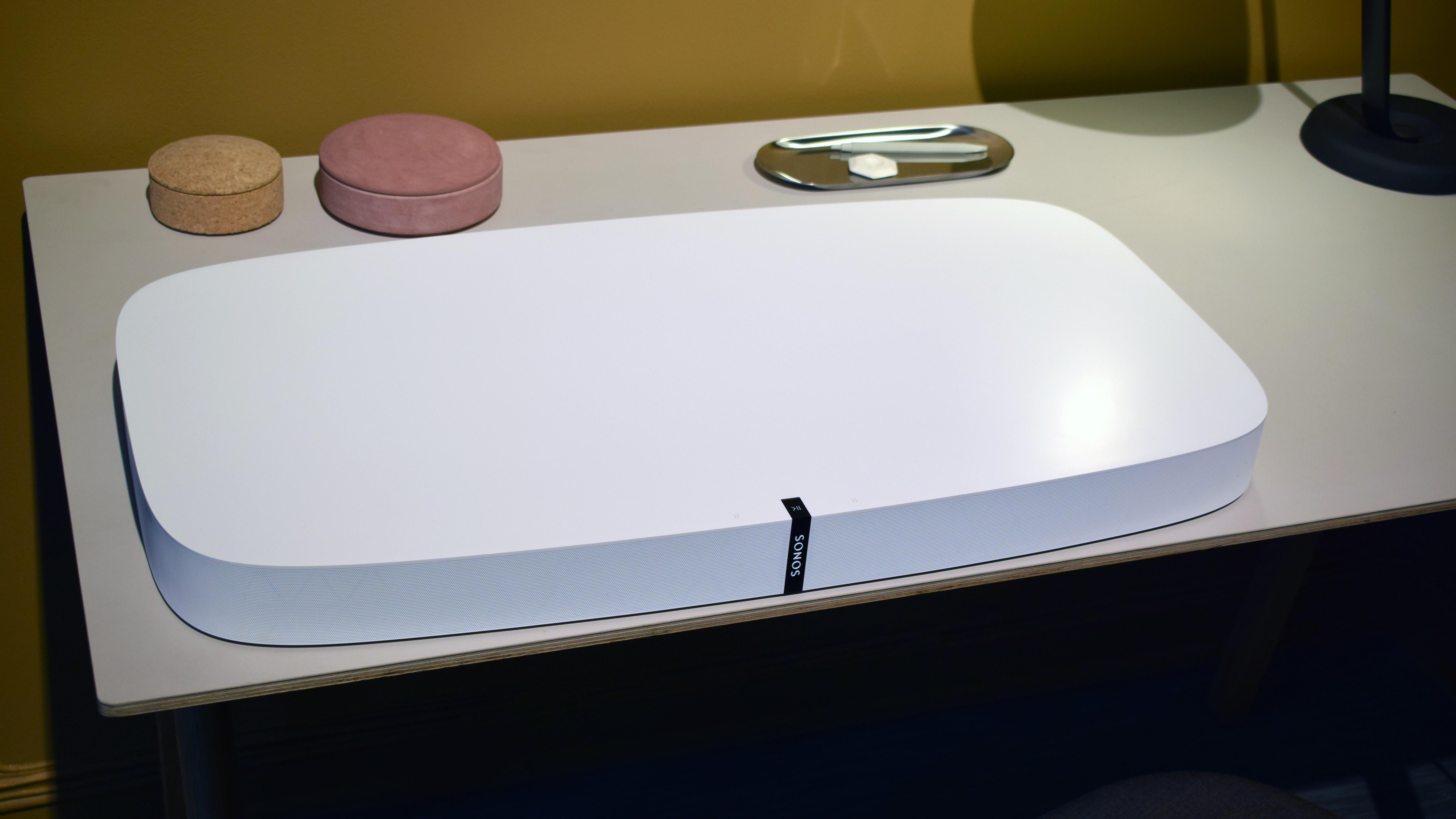 Mange har ikke plass til store høyttalere ved siden av TV-en, eller har småtroll som kan komme til å velte dem. Produkter som dette er et godt alternativ.