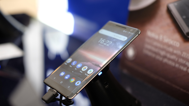 Her ser du tydelig stålrammen som omkranser Nokia 8 Sirocco.