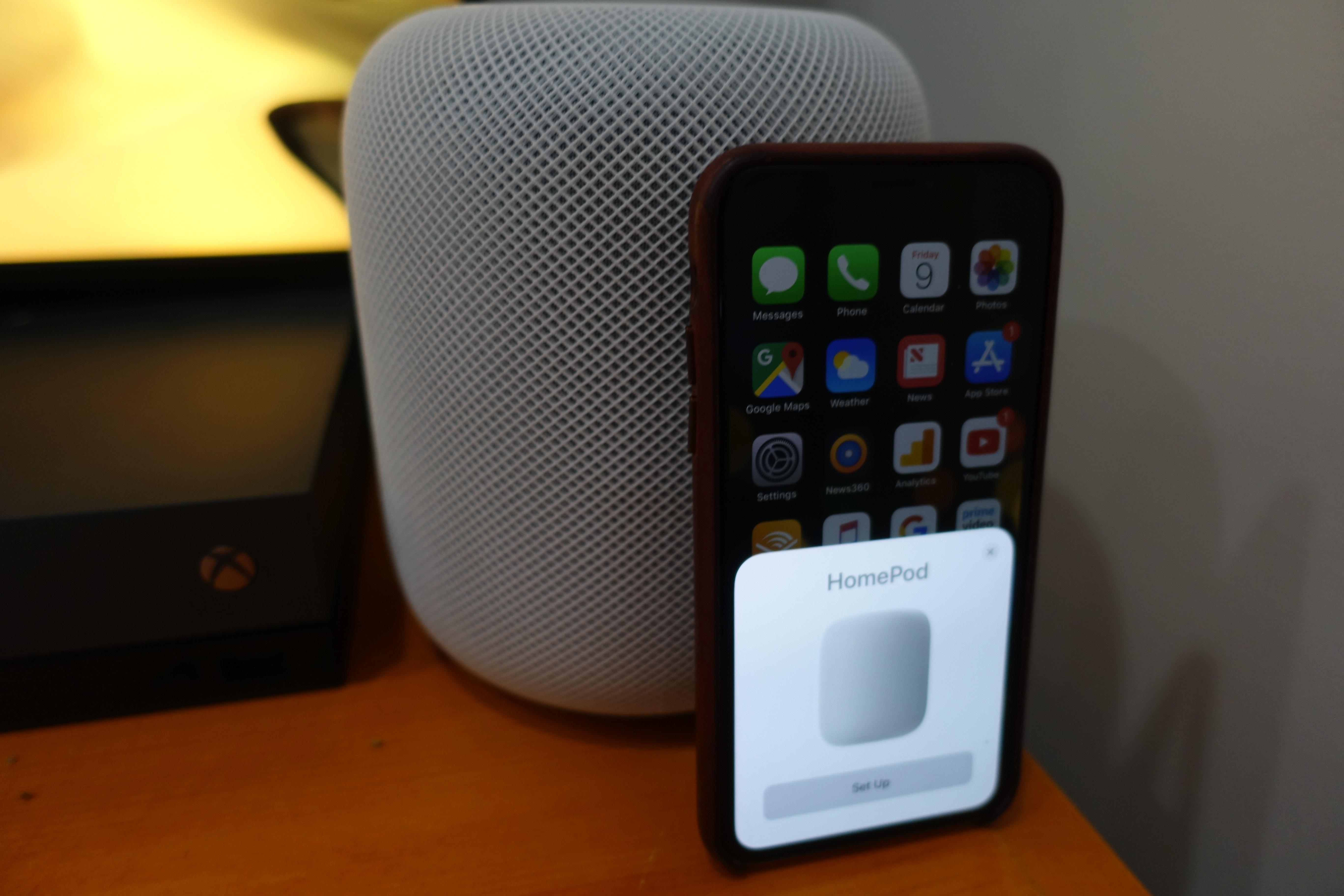 HomePod er lett å sette opp: plasser din iPhone ved siden av den. Plage: Face ID ikke støttet. Passordet må tastes inn manuelt.