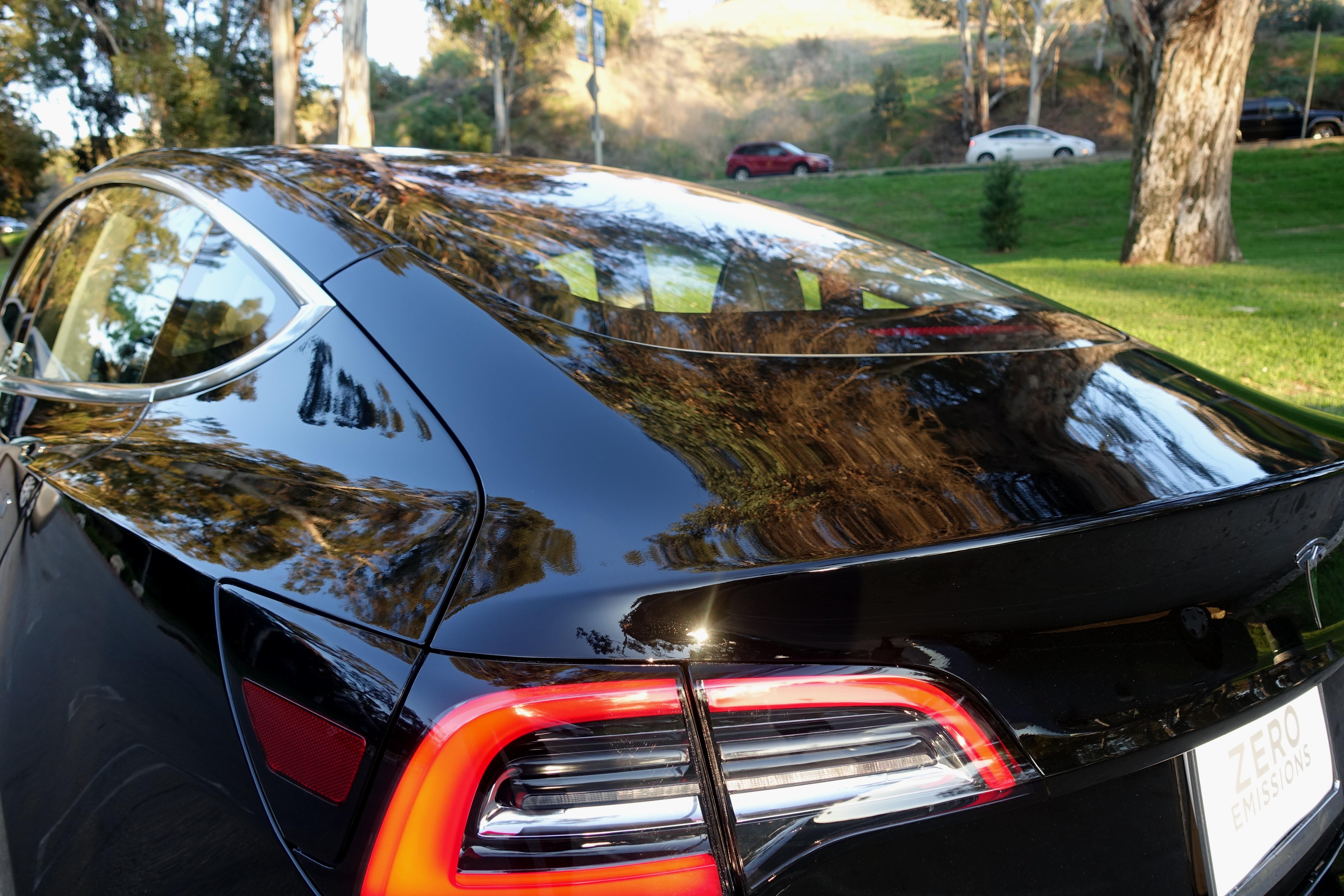 Det gjennomsiktige panelet som strekker seg over hele toppdelen er en helt naturlig del av designet, og gir en fin opplevelse inne i bilen.