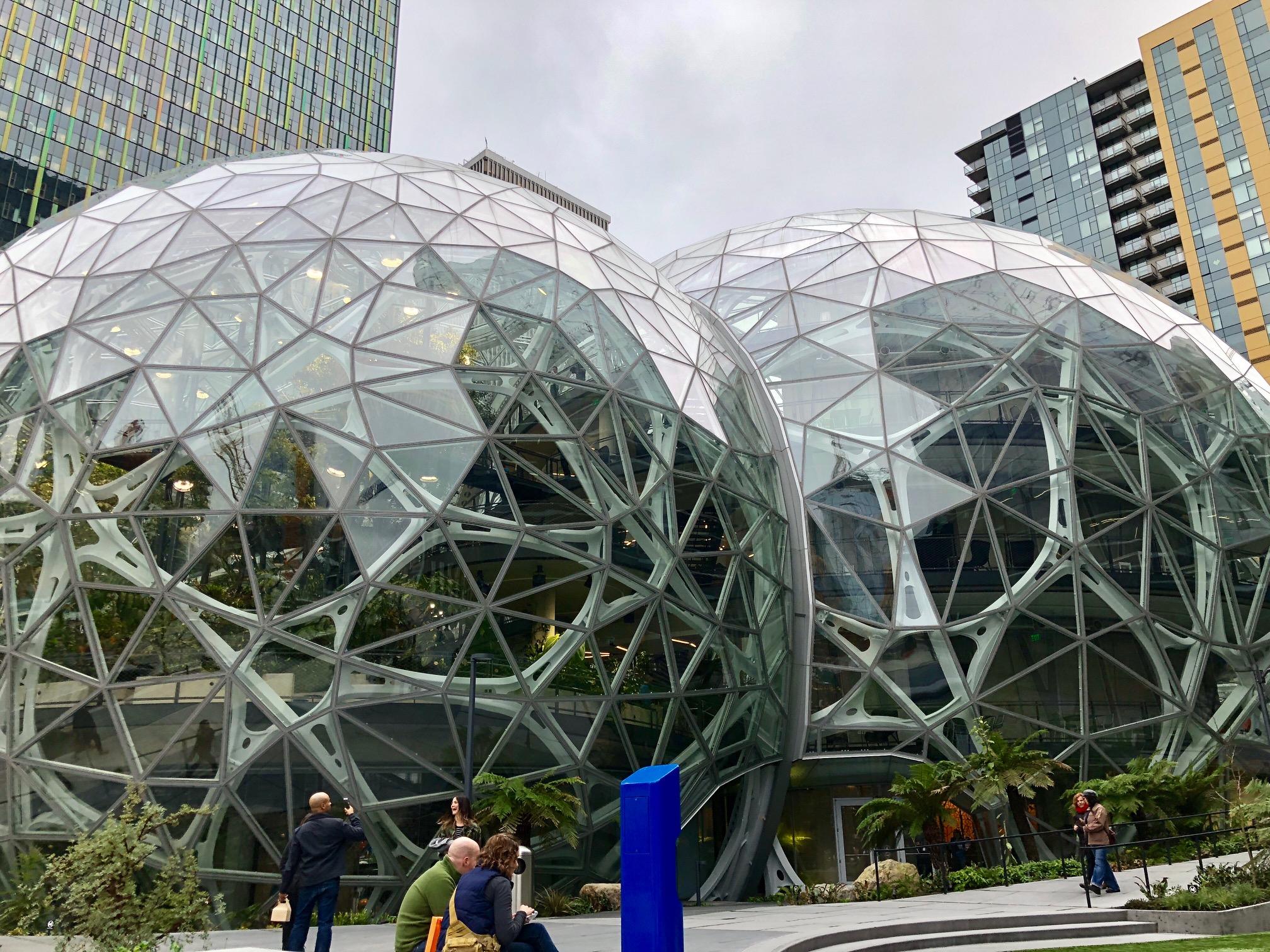 Amazon-ansatte kan nyte en helt unik arbeidsplass rett ved Go-butikken. Området er ikke overraskende stappfult av tek-ansatte.