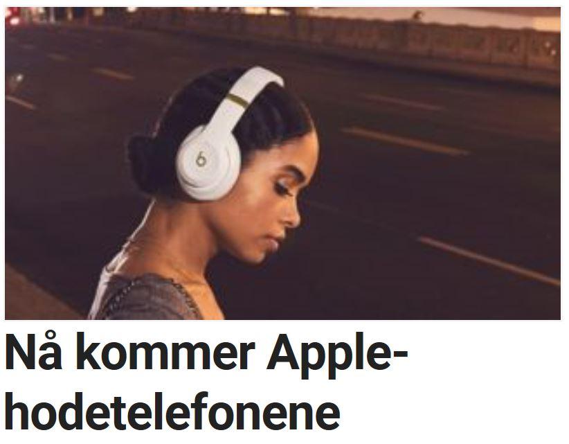 Apple jobber med trådløse hodetelefoner.