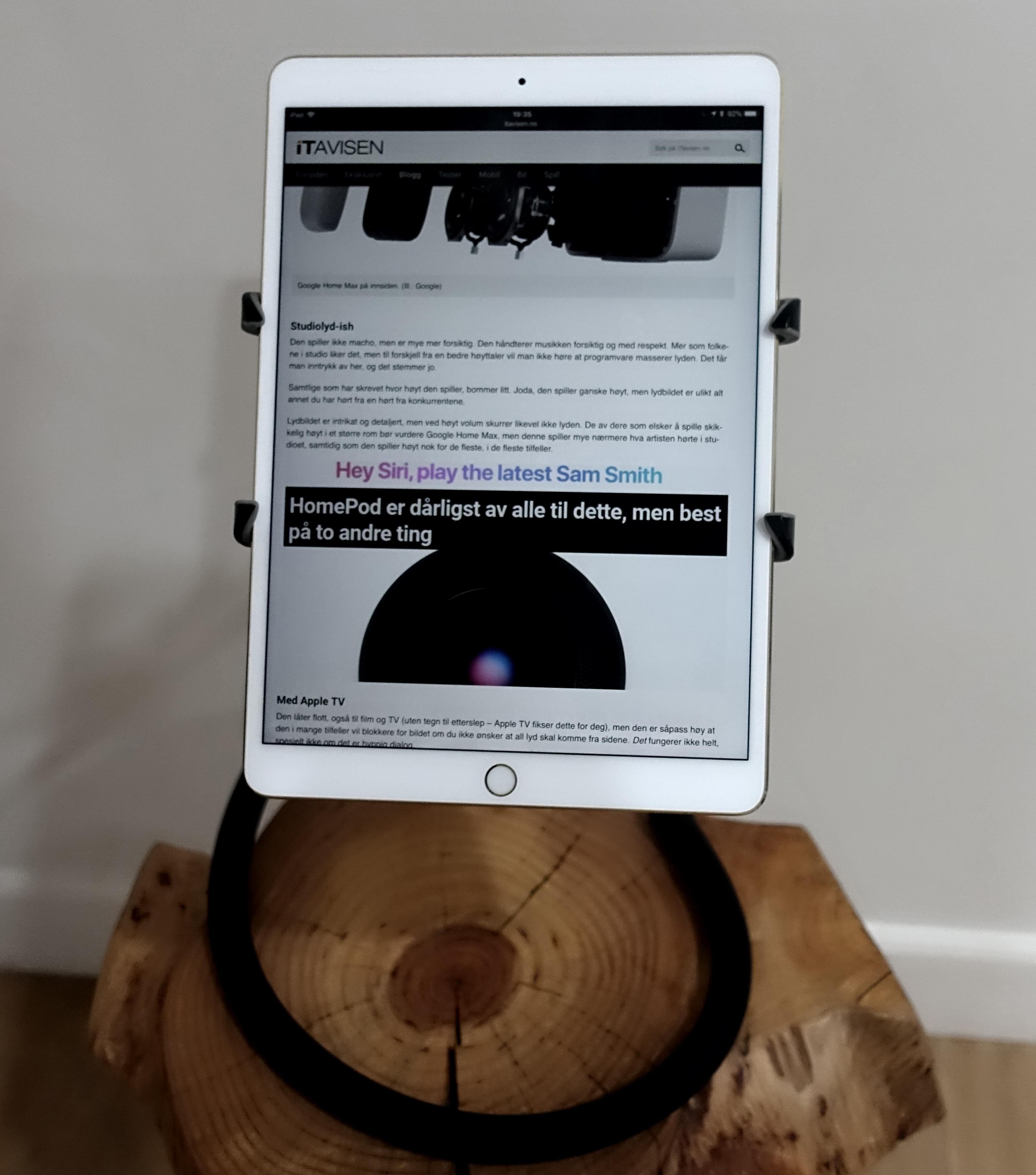 Den er ikke låst slik at du kan snu skjermen, men sitter samtidig fast nok.