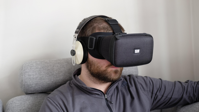 Du kan bruke hodetelefoner med MovieMask, men båndet legger seg ofte over øret.